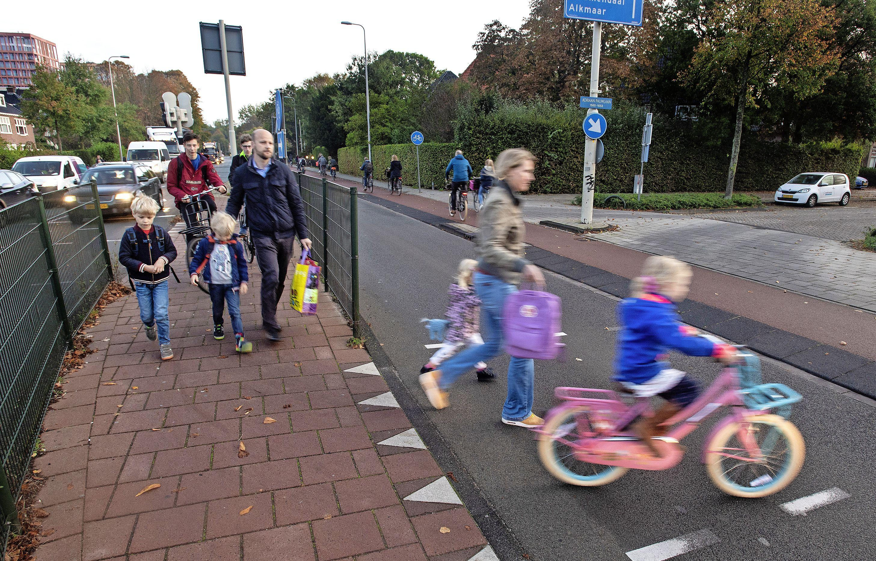 Tijdelijke verkeerslichten bij oversteek Adriaan Pauwlaan en Herenweg in Heemstede; kruispunt veiliger maken voor start nieuwe schooljaar gaat niet lukken