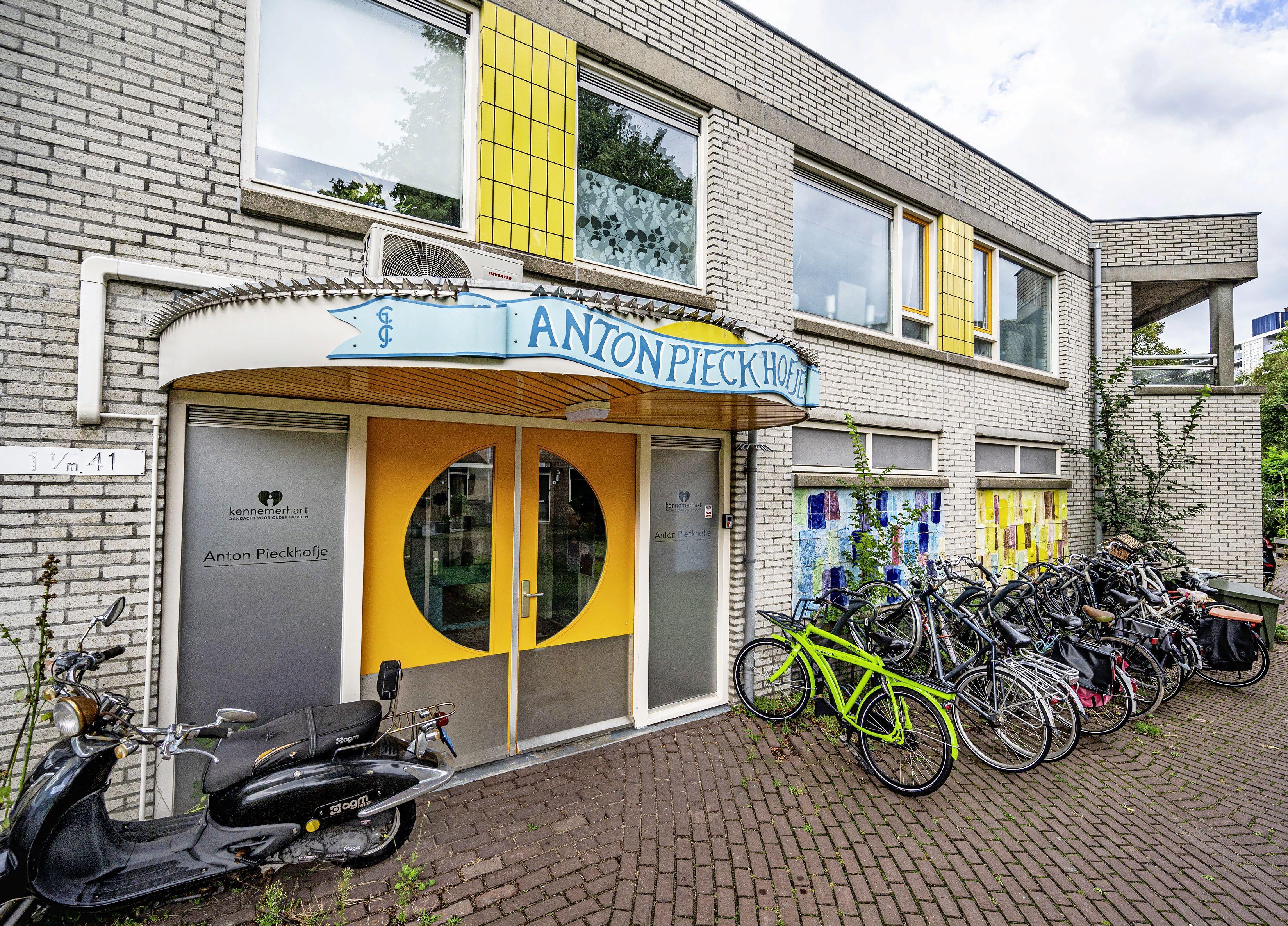 In de leegstaande appartementen van het Anton Pieckhofje in Schalkwijk komen vanaf zondag daklozen te wonen, ondanks bezwaren van omwonenden
