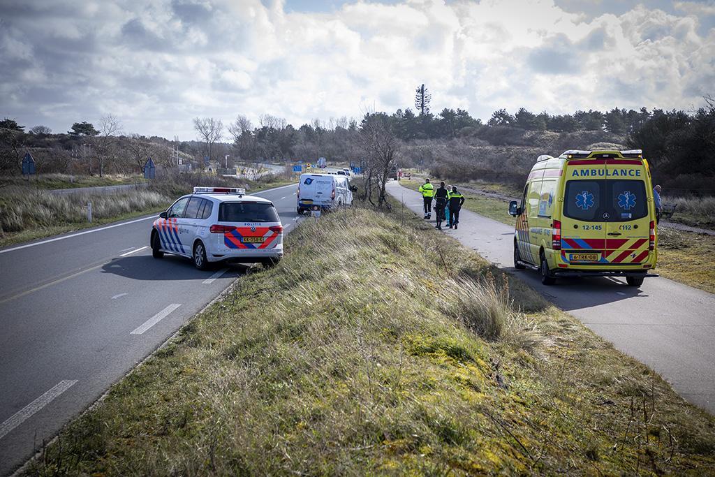 Wielrenner wijkt uit voor werkzaamheden en wordt geraakt door busje in Overveen
