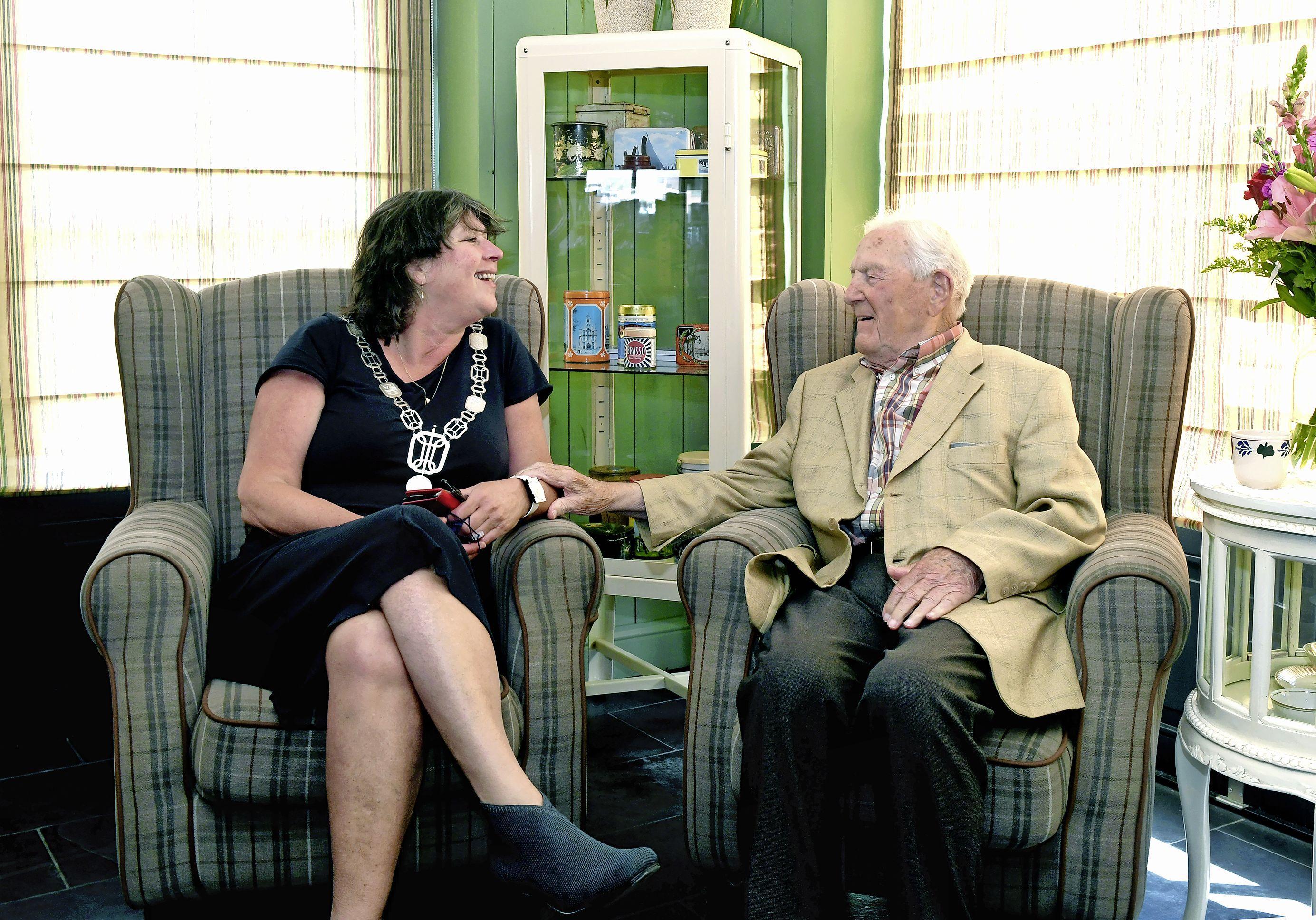 100-jarige 'Oom Klaas' Kuiper trekt zijn paasbeste lichte zomerse pak aan voor hoog bezoek. 'Gewoon doorademen, daar word je heel oud mee'