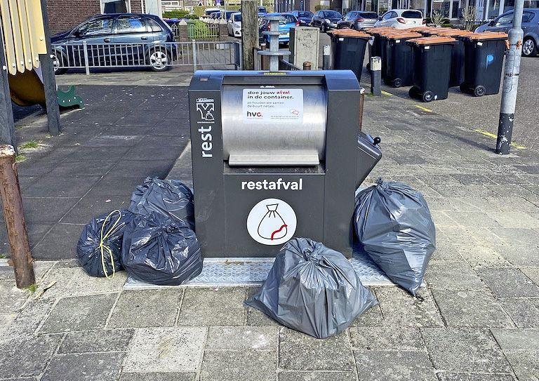 In wijken die net ondergronds zijn gegaan, wordt nog te veel grof afval gestort. Daardoor zitten containers regelmatig vol en worden vuilniszakken op straat gezet. Twee boa's hebben er een dagtaak aan