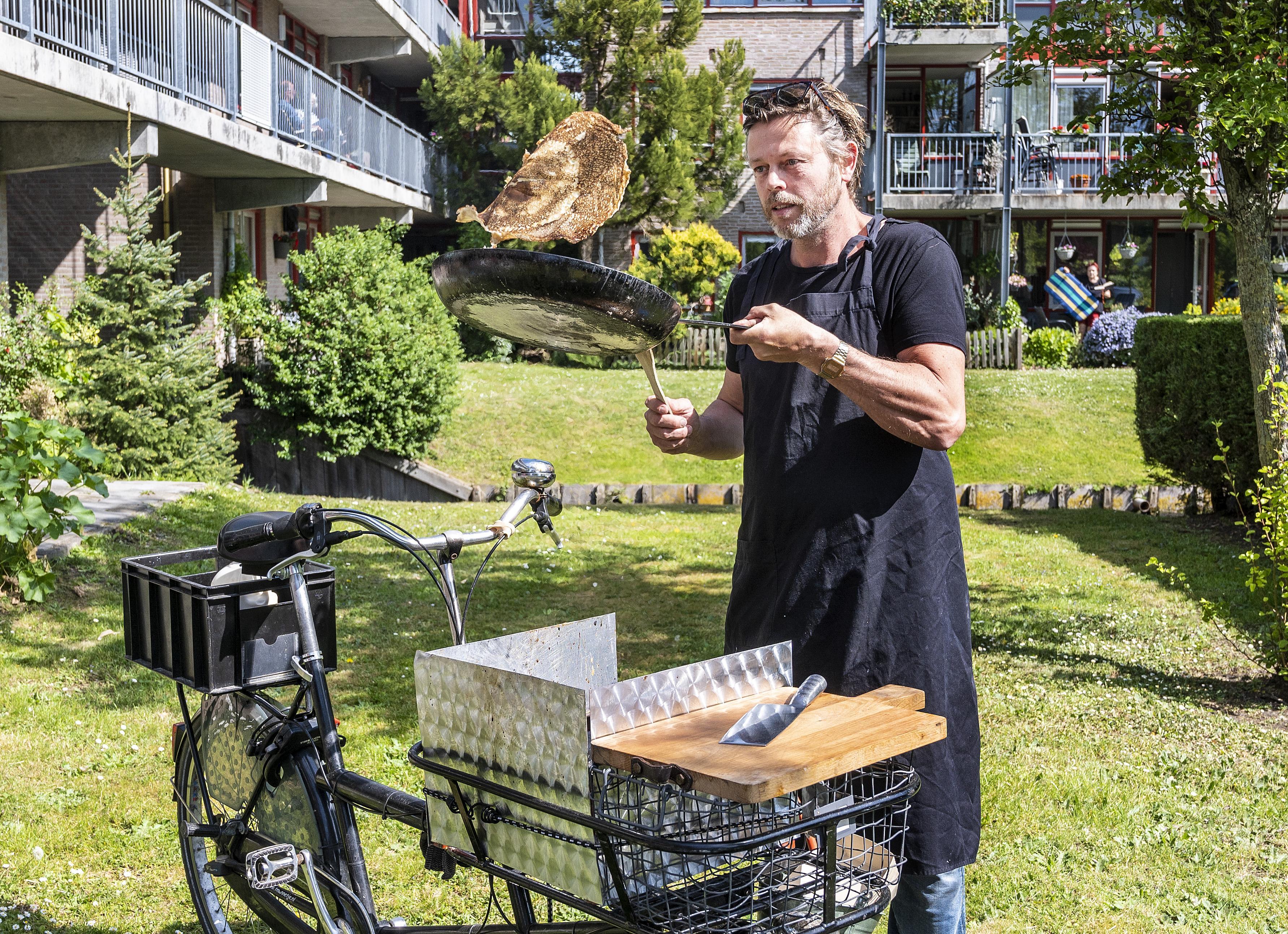 Chef-kok rijdt op pannenkoekenfiets langs senioren met 'haperend brein' in Haarlemse regio