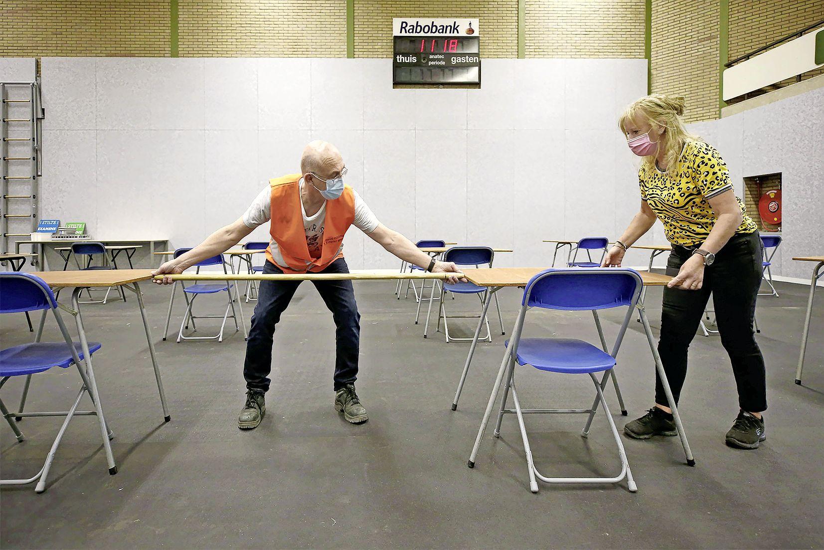 Het is passen en meten in de sporthal, als er maar twee meter tussen de tafels zit voor de eindexamens