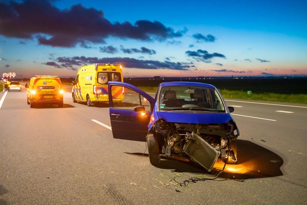 Auto rijdt vangrail aan flarden in Baarn. Inzittenden wonderbaarlijk genoeg ongedeerd