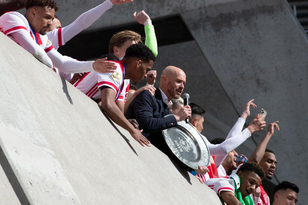 Ajax scoort in Europa met omsmelten kampioensschaal in sterren [video]