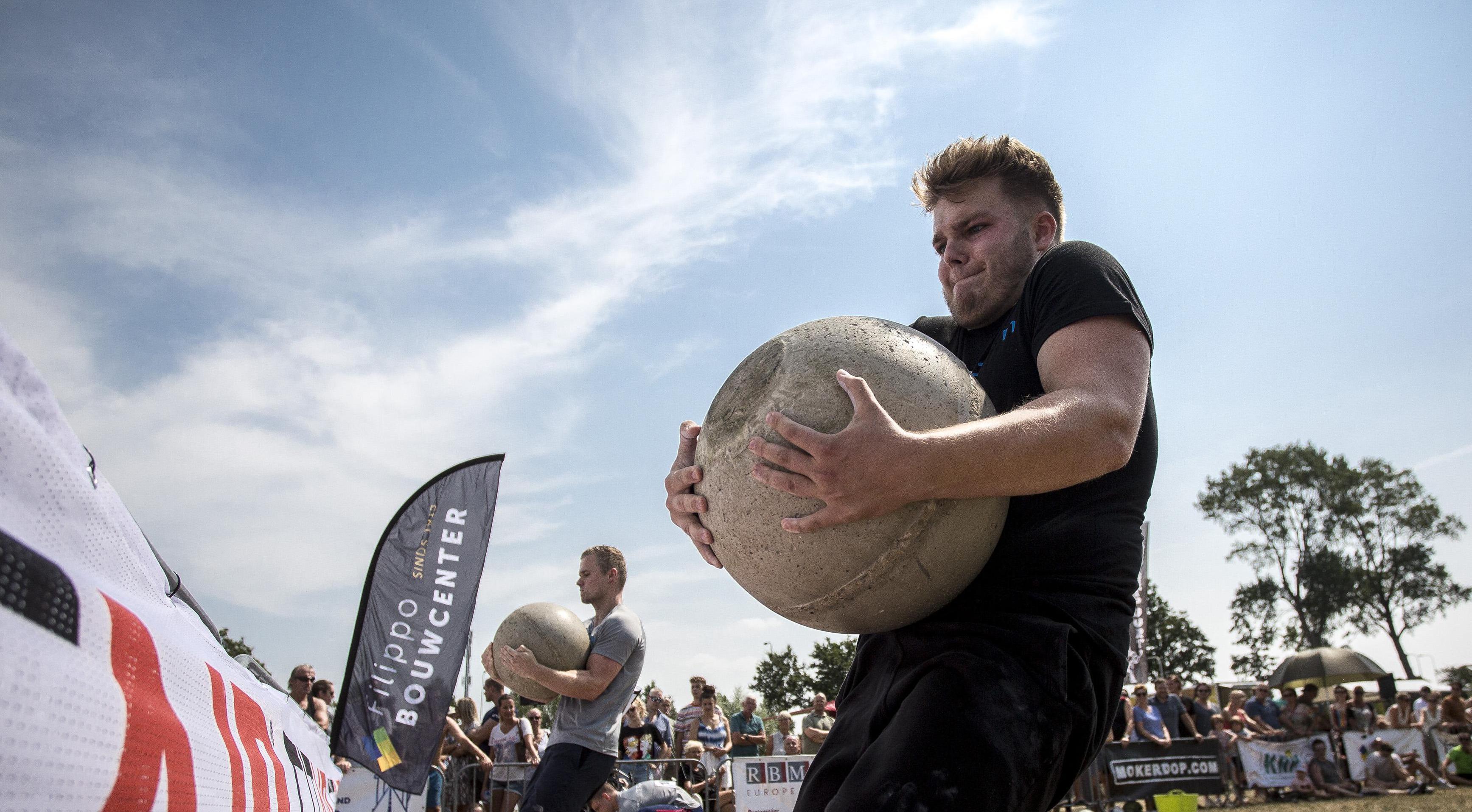 Sterkste van Santpoort trekt honderden bezoekers: eventjes 100 kilo over 't hek gooien