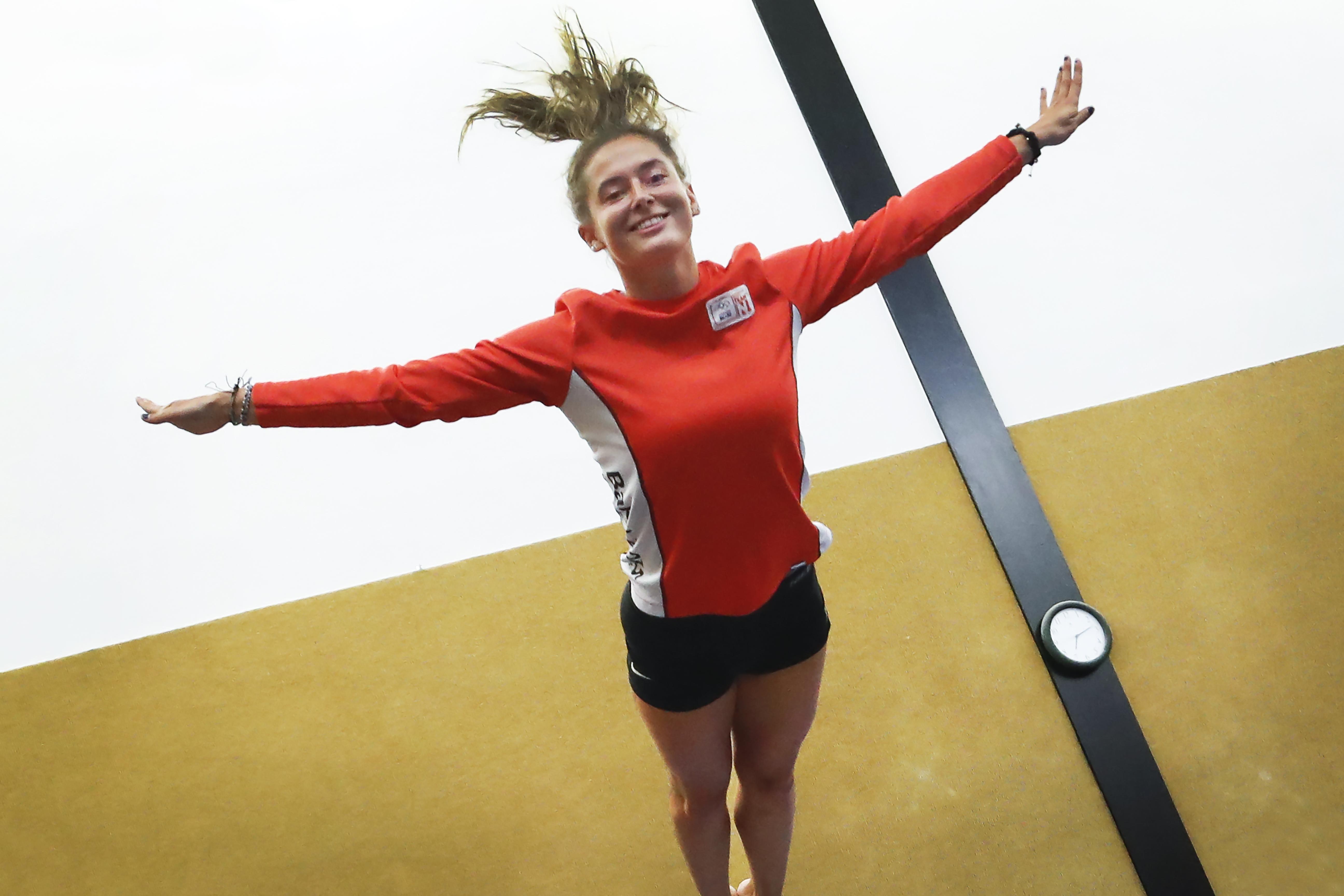Negen meter hoog springen? Dat wordt in Het Polderhuis in Velserbroek een knal tegen het dak voor trampolinespringer Romana Schuring