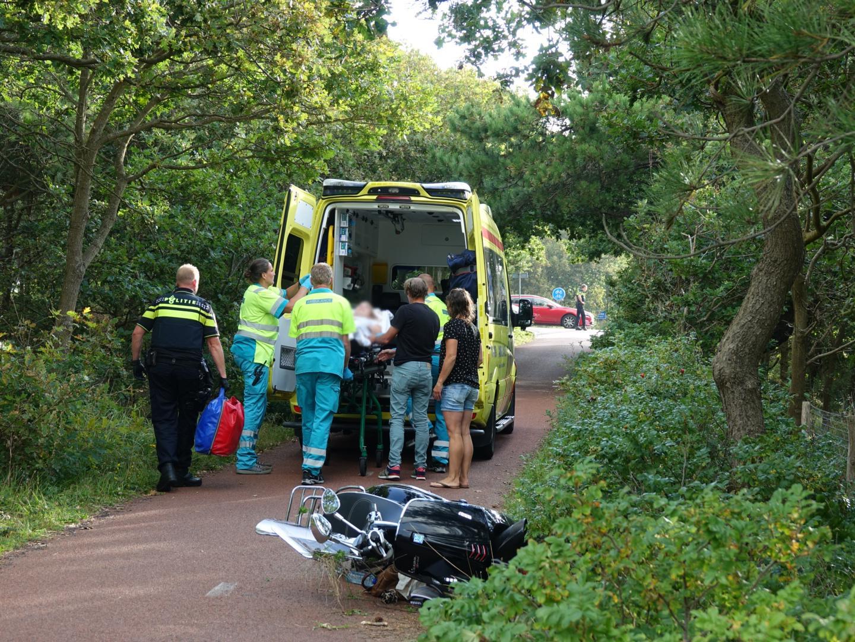 Twee gewonden bij botsing tussen fietser en scooter in Bergen aan Zee