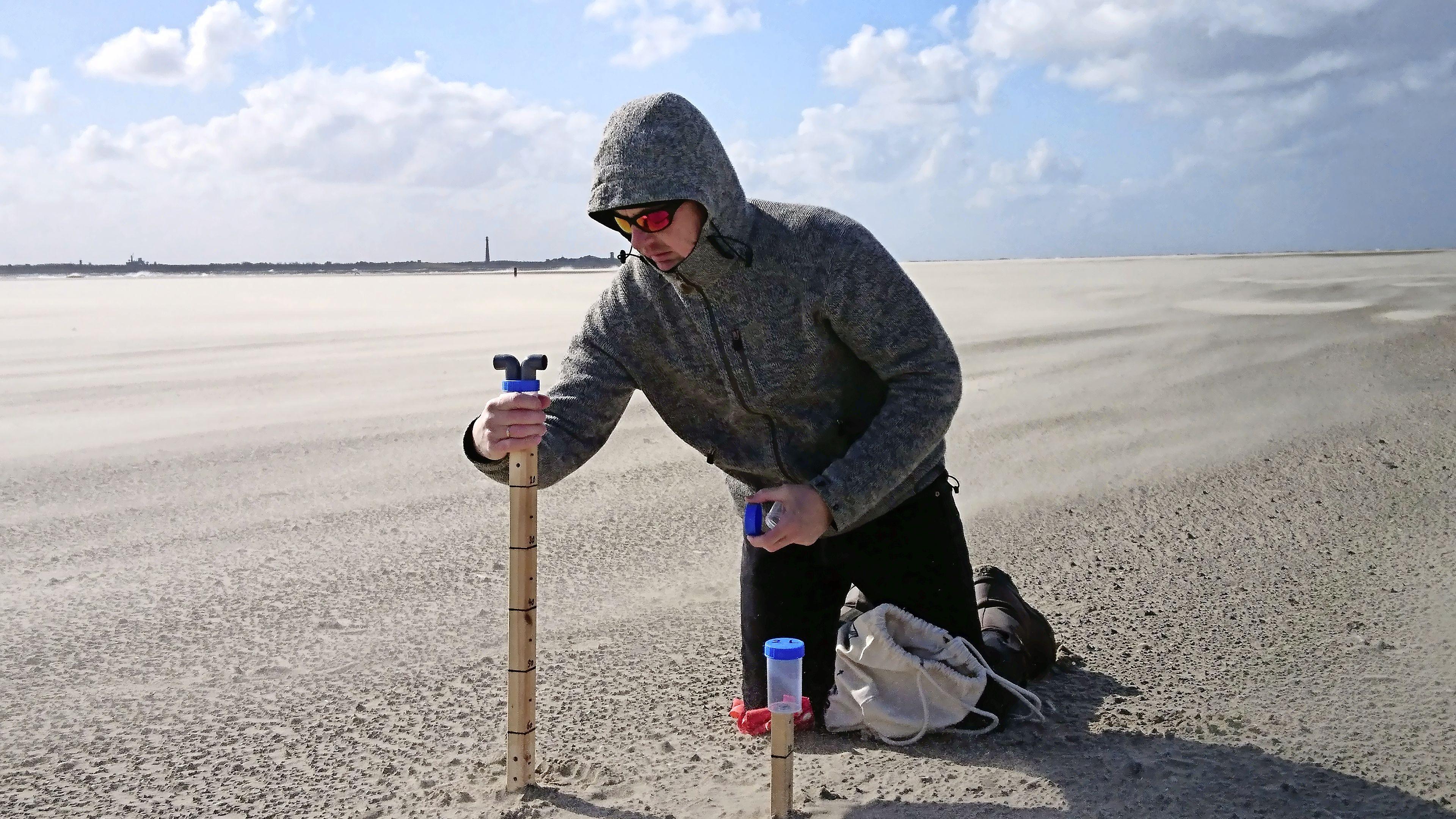 De vloedlijn verandert telkens van tijd en plaats, is ongrijpbaar. Kunstroute de Klifhanger op Texel doet een poging het verschijnsel vast te leggen in verschillende vormen