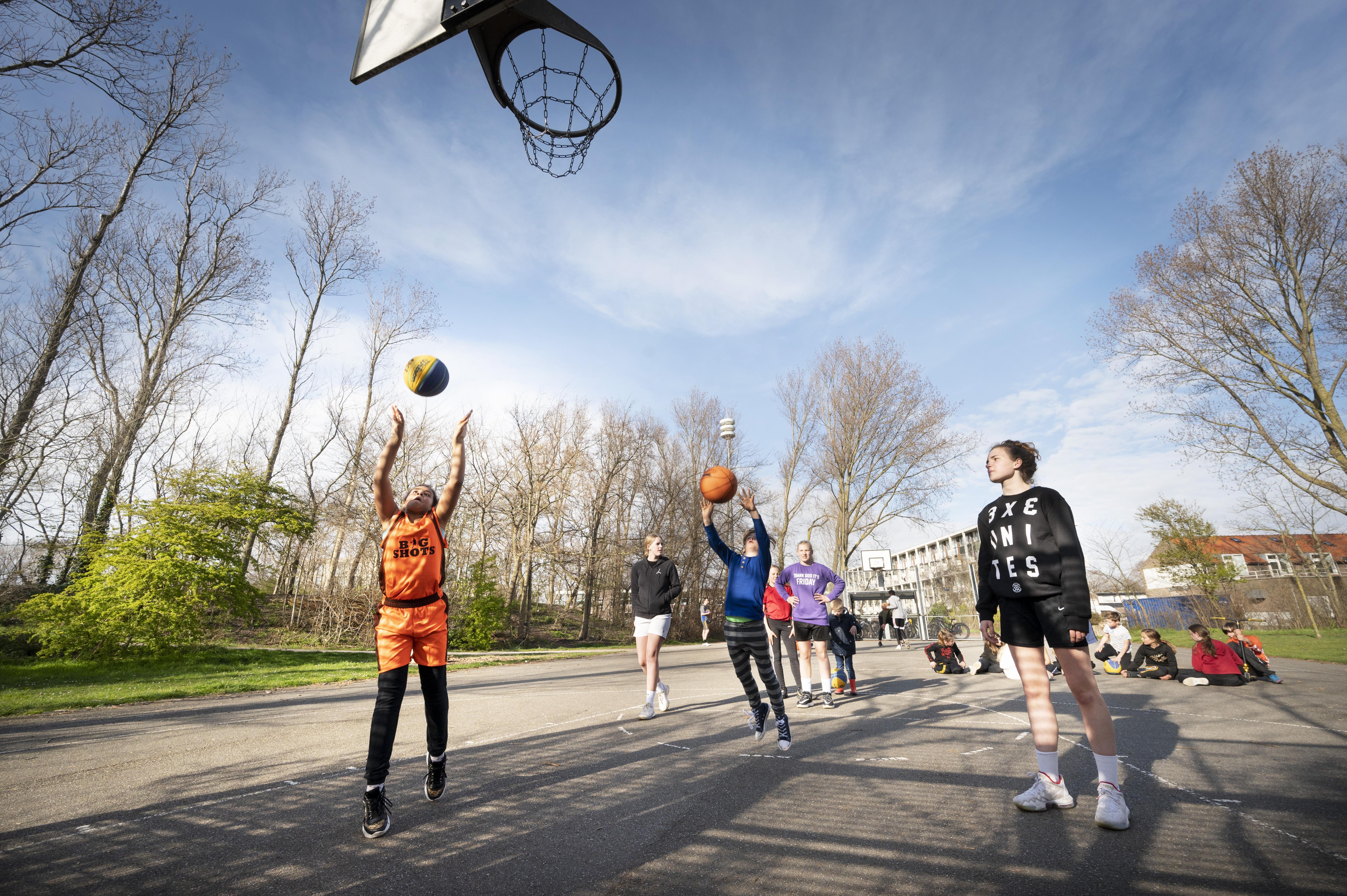 Basketballen met 3X3 Unites in Katwijk: 'Het is belangrijk dat kinderen blijven sporten, want ze zitten al veel binnen'