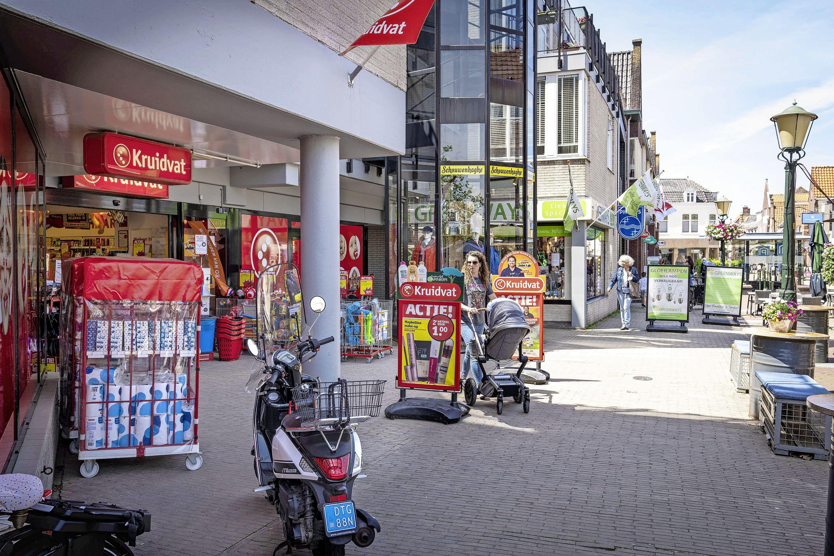 Wassenaar verbiedt karren vol hoge stapels wc-papier en luiers in de winkelstraten: 'Centrum lijkt soms net de Albert Cuypmarkt'