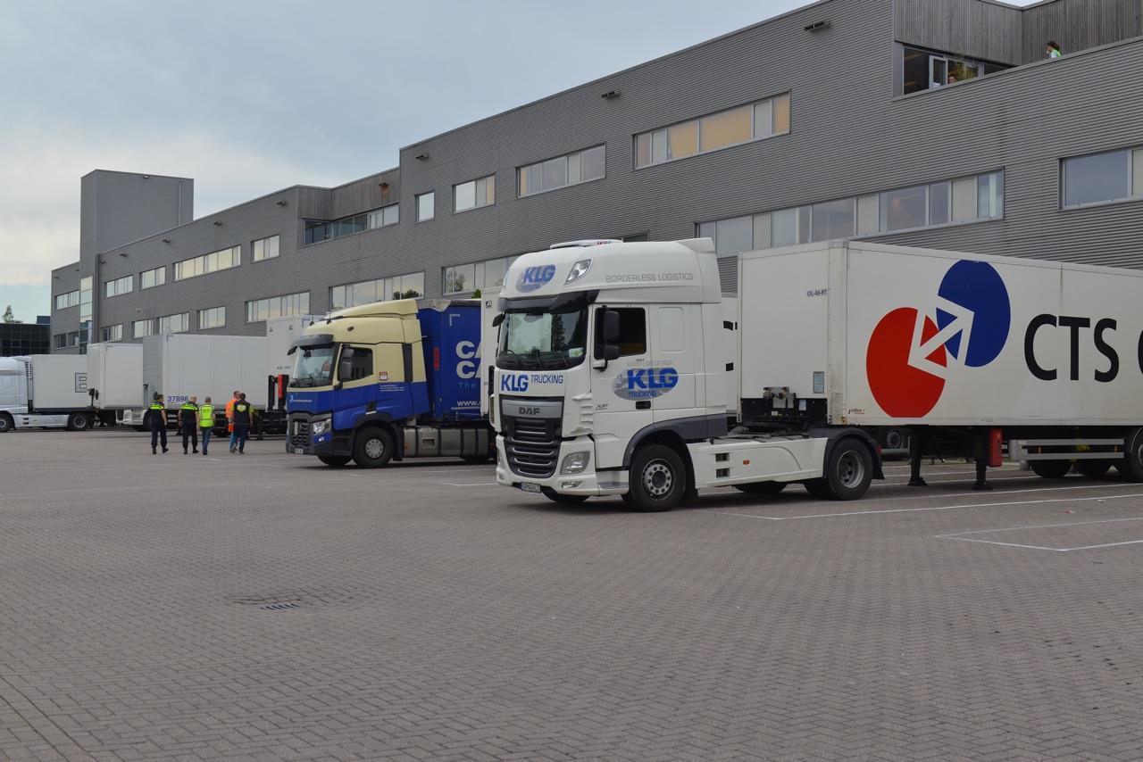 Man zwaargewond bij bedrijfsongeval met vrachtwagens in Nieuw-Vennep