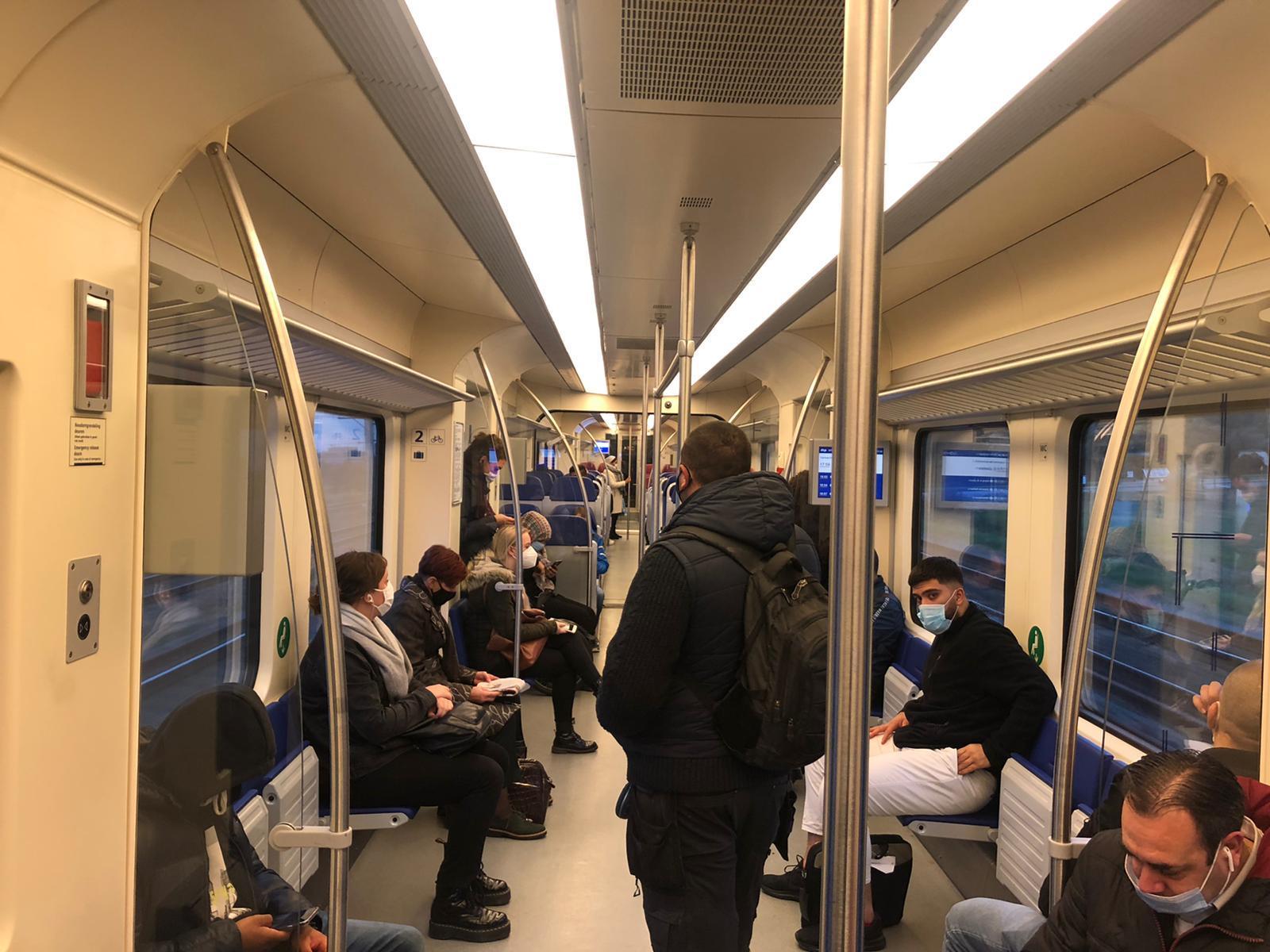 NS zet minder treinen in tijdens de spits op traject Zaandam, reizigers op een kluitje: 'Ik probeer zo ver mogelijk weg te blijven van zwangeren en ouderen'