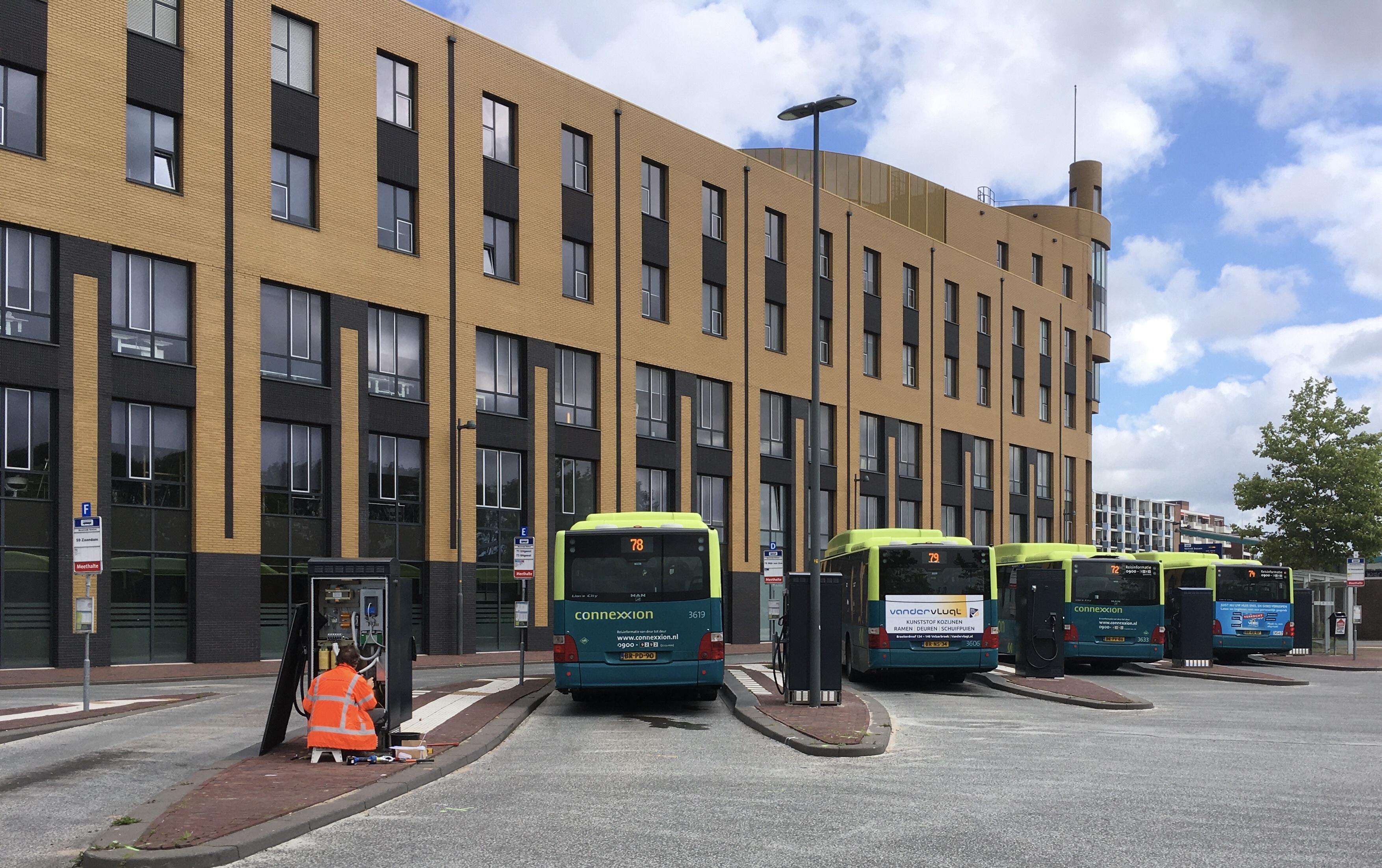 Komst van elektrische bussen zichtbaar in de IJmond: eerste laadpalen geplaatst op station Beverwijk