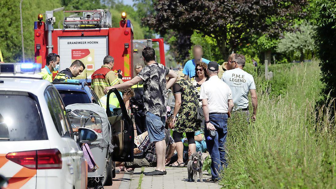 Omstanders redden oudere vrouw in rolstoel en haar begeleider uit sloot in Zwaag