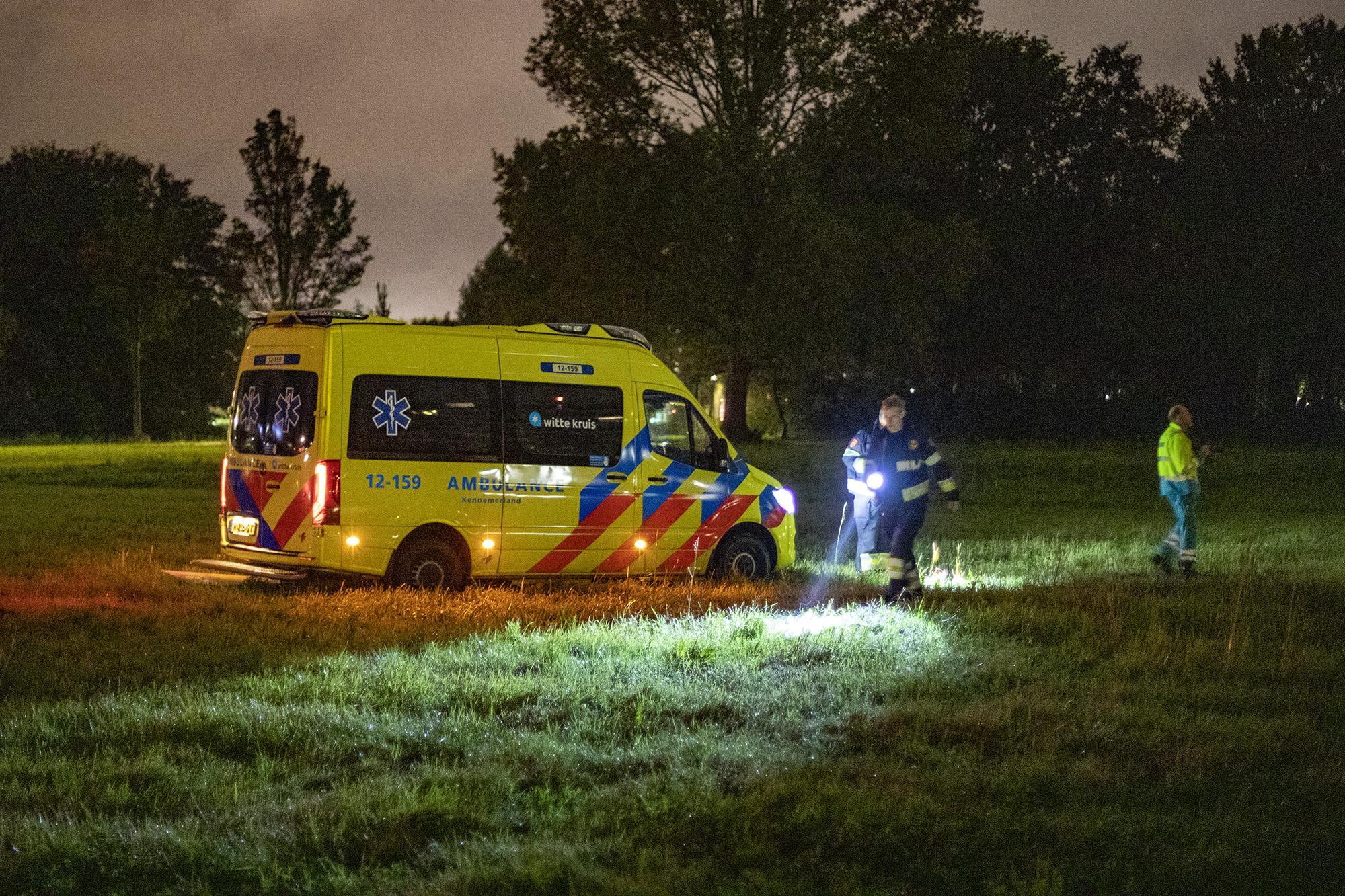 Ambulance muurvast op grasveld in Haarlem