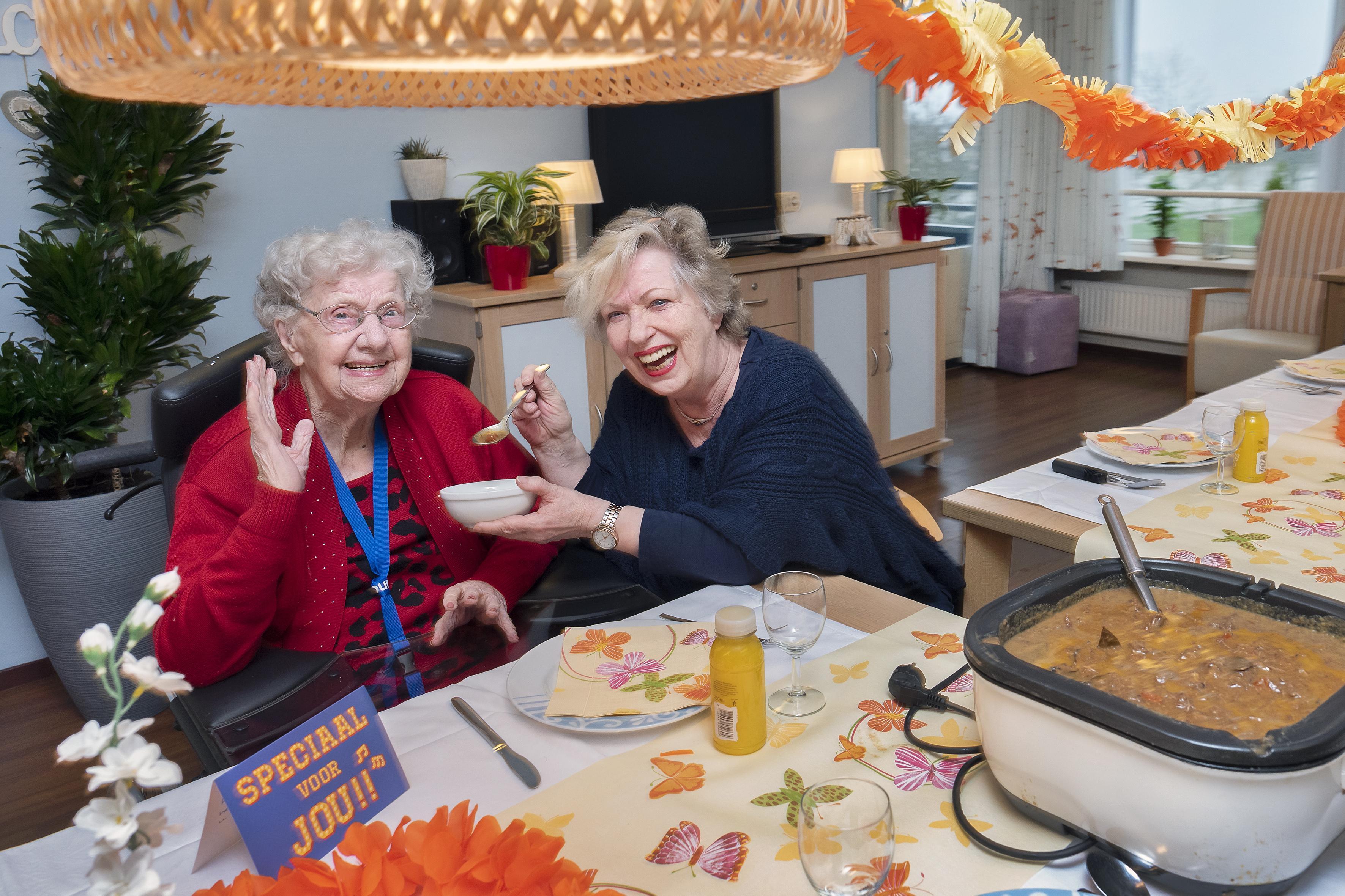 Stoofschotel voor de hele afdeling dankzij 101-jarige Mieke de Laat uit Nieuw-Vennep