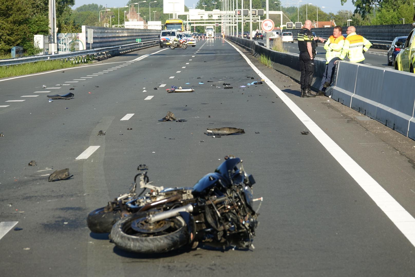 Motorrijder zwaargewond bij botsing met auto op A8 bij Koog aan de Zaan