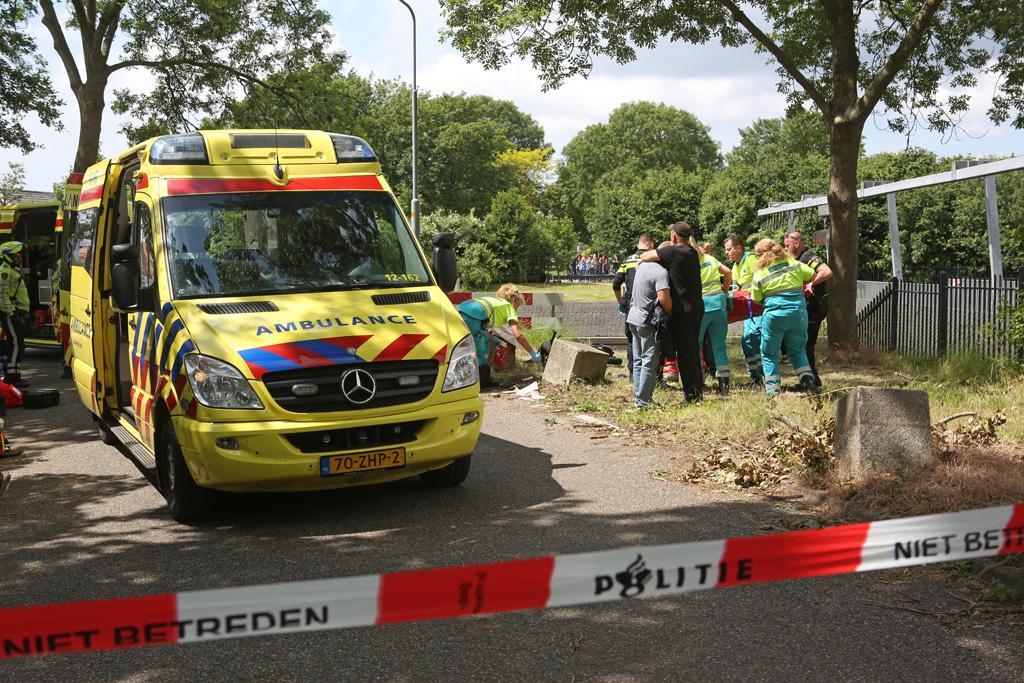 Scooterrijder ernstig gewond bij klap tegen betonblok in Lijnden