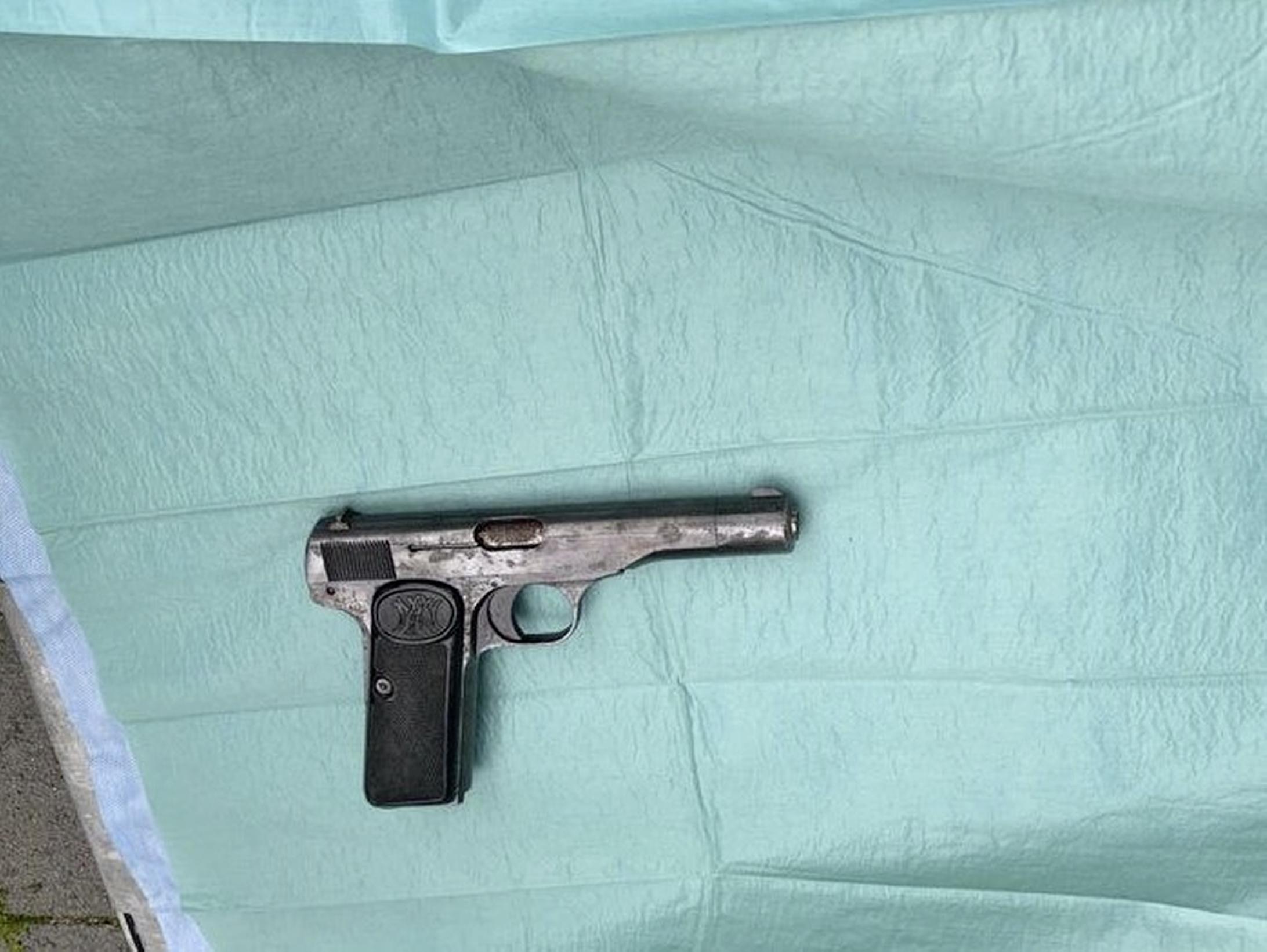 Man met doorgeladen vuurwapen aangehouden op Schiphol