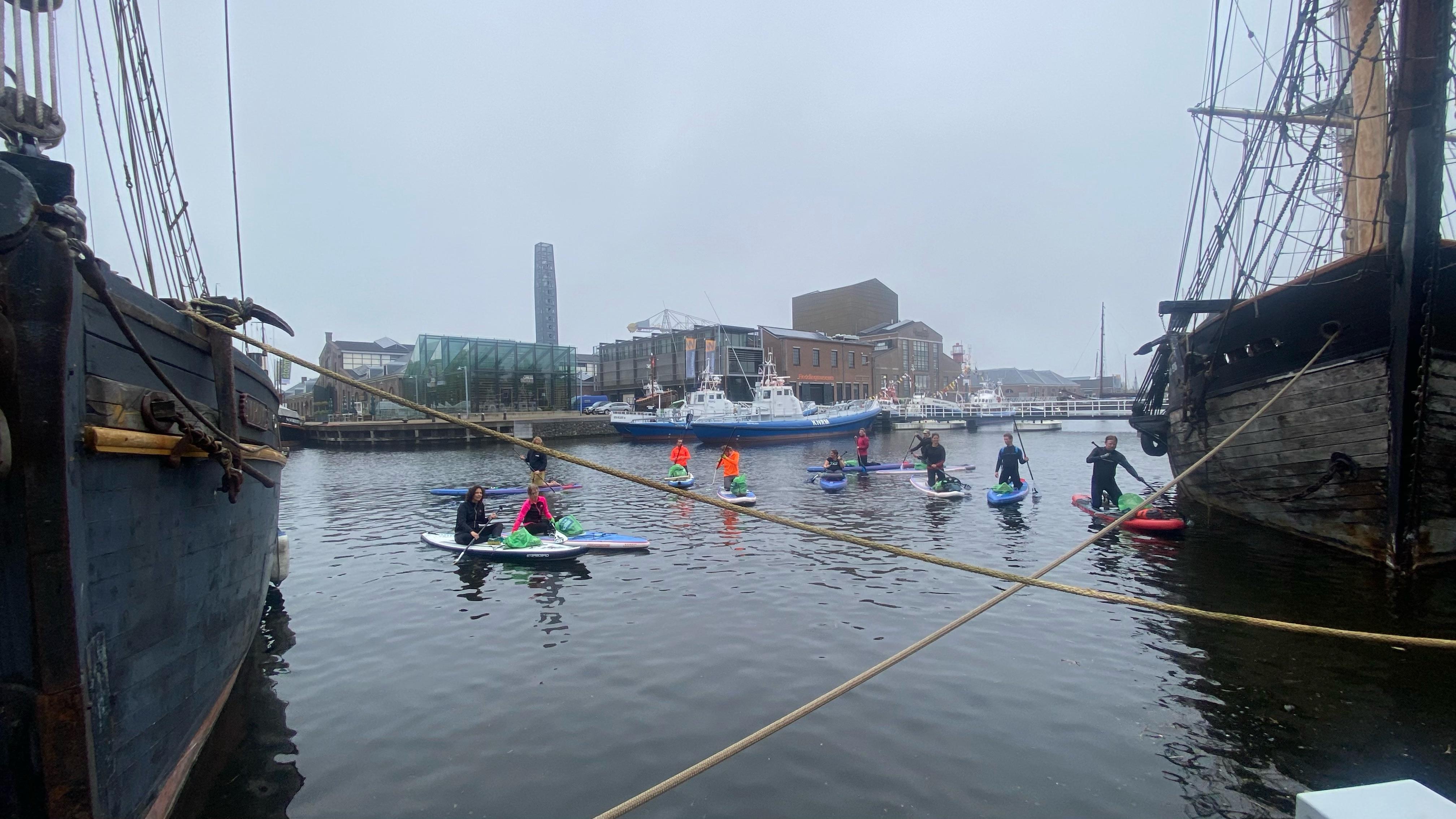 Zakken vol zwerfafval tijdens Sup Clean-up gevist uit het water rond Willemsoord. Van piepschuim en wieldoppen tot plastic en blikjes