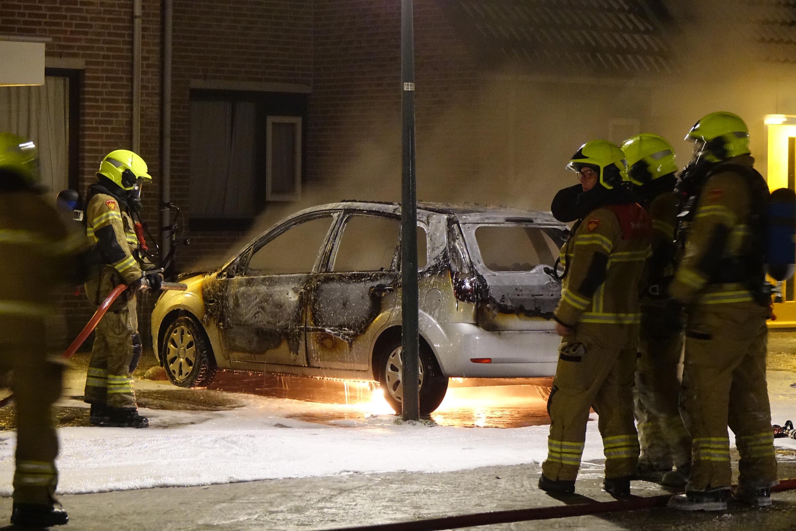 Autobrand in Hoorn, politie denkt aan brandstichting [video]