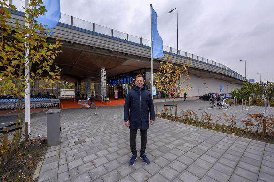 Winkelen bij AH onder trillend wegdek van de A8; bouwkundig huzarenstukje in Koog aan de Zaan is 'mooiste supermarkt van Nederland' [video]