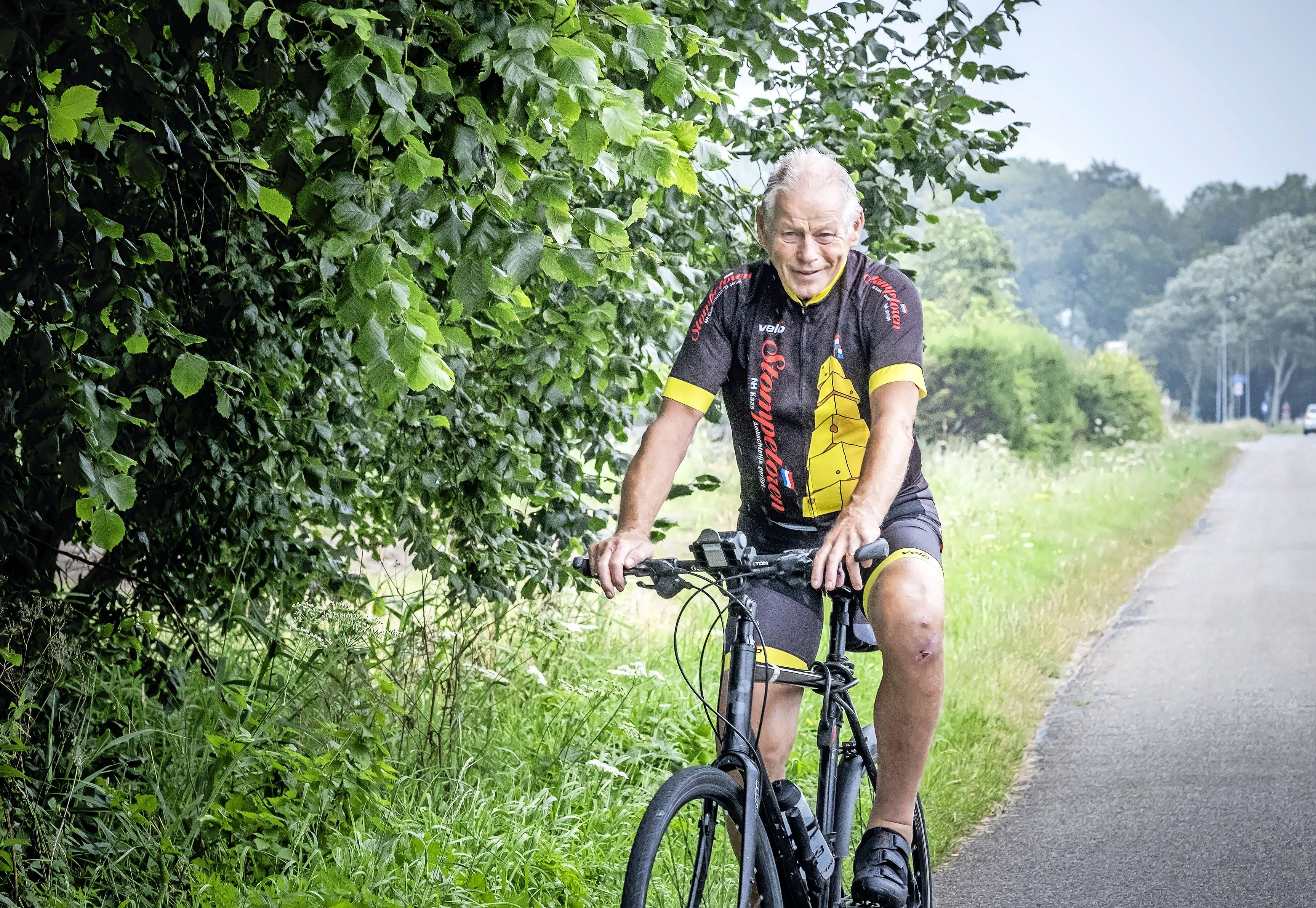 Piet Kruiver (80) fietste in elf dagen voor KiKa naar Alpe d'Huez, maar Google Maps stuurde hem een geitenpaadje in, waar hij ten val kwam
