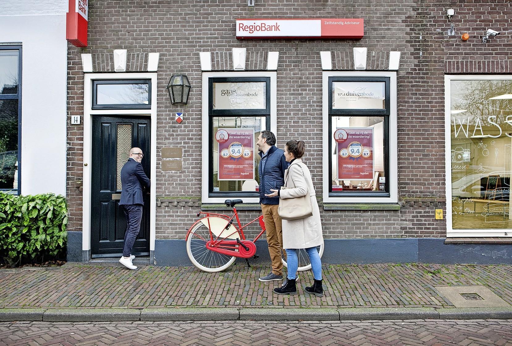 Spaarvarken legen en geld tellen bij de bank in de buurt