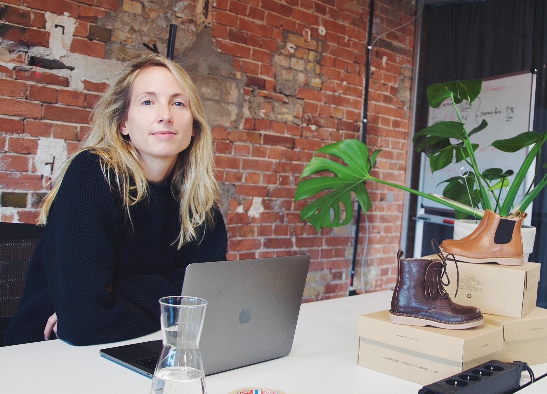 Laura Stroomer uit Castricum verloor haar hart aan Berlijn en Olaf en verkoopt nu zelf ontworpen en duurzame kinderschoenen