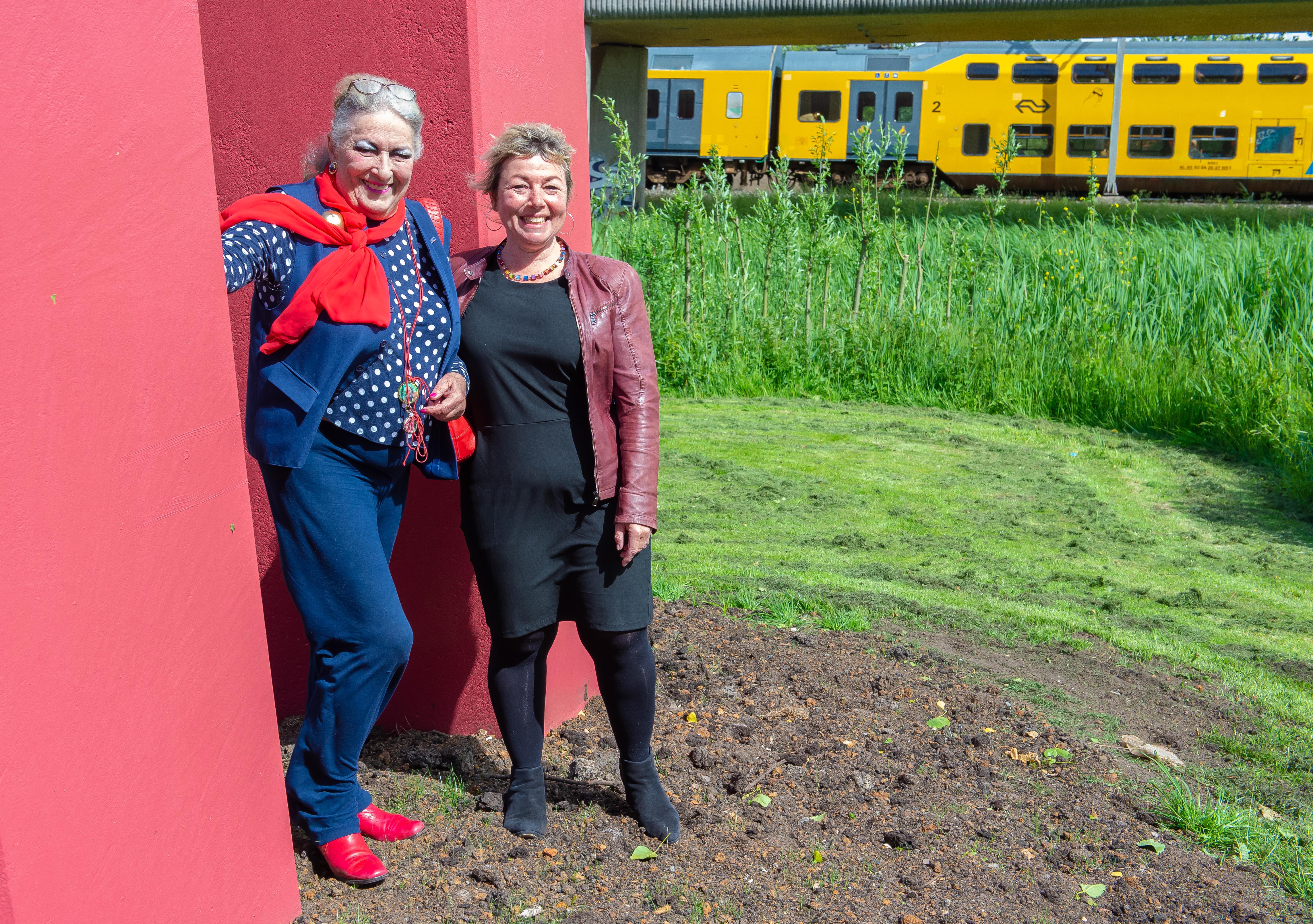 Marthe Röling 'zielsblij' met nieuwe plaats kunstwerk 'Tussen de rails' van Hans Koetsier inZaandam