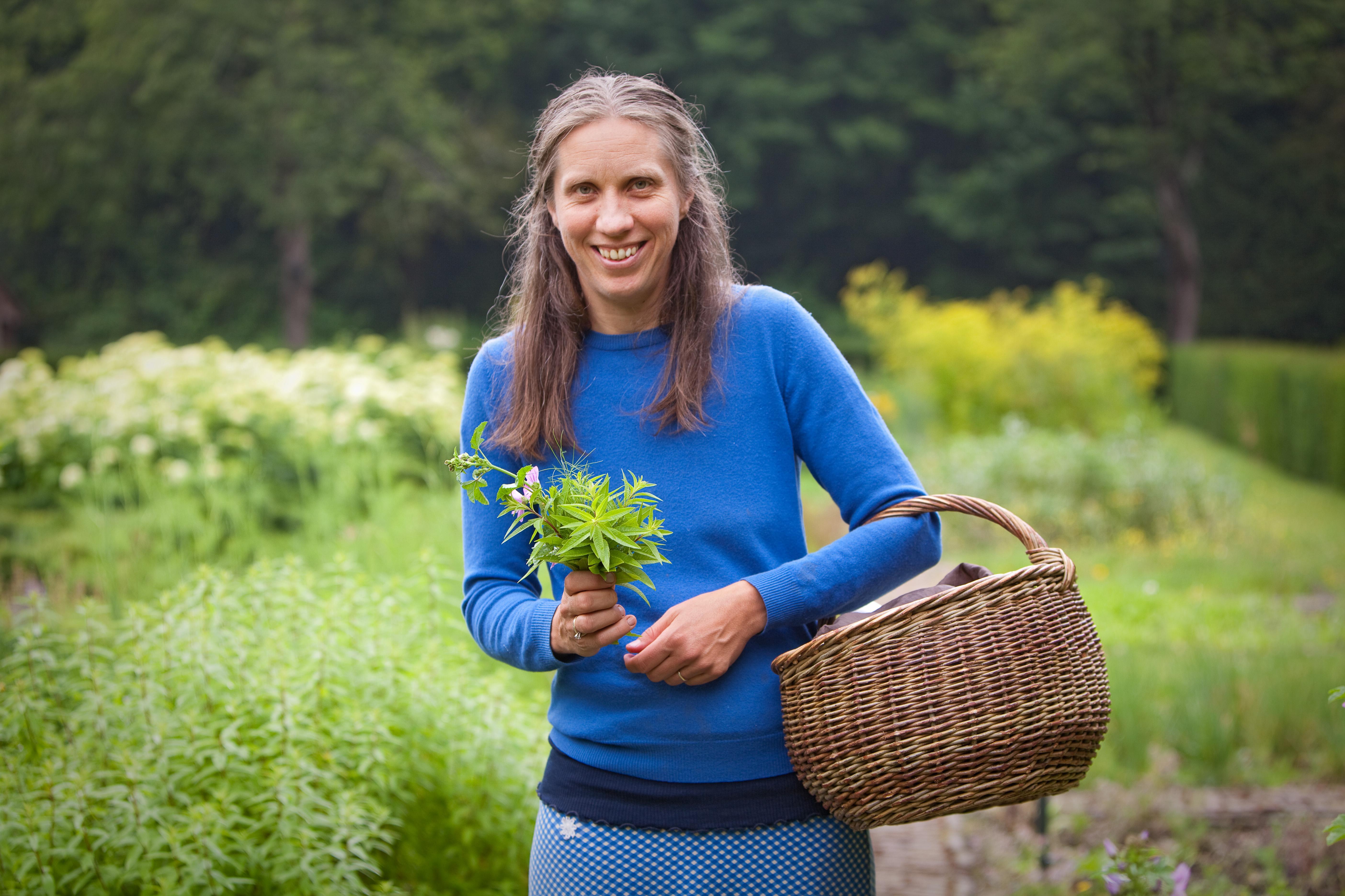 Herborist Corina Busman uit Santpoort-Noord laat de duinen proeven en voelen in de Beleefweek van het jarige Nationaal Park Zuid-Kennemerland