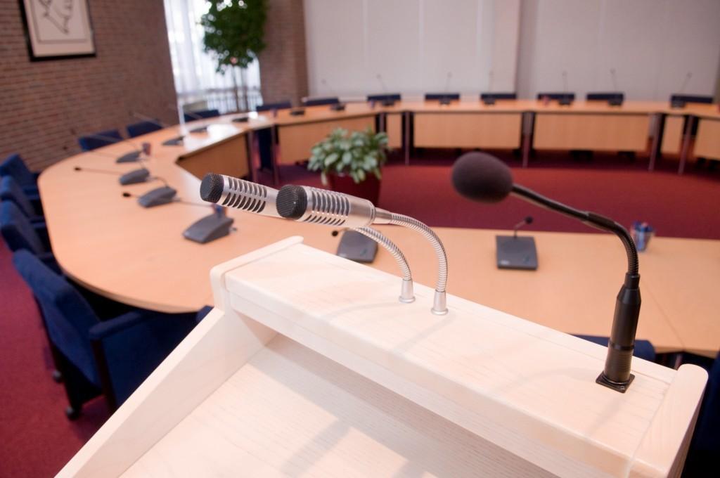 Coronaproof vergaderen valt niet mee voor raadsleden in gemeentehuis Kaag en Braassem
