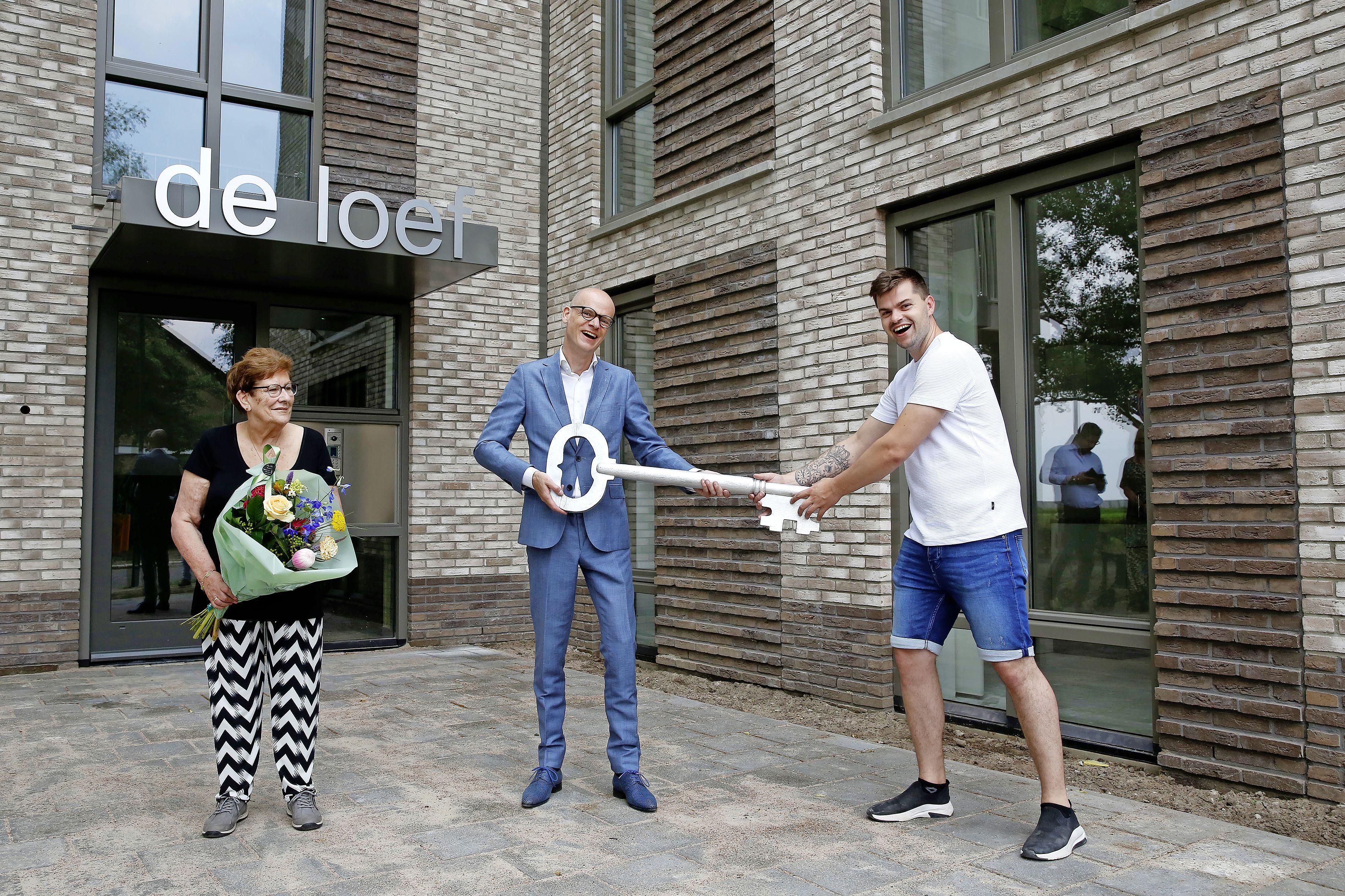 Historisch momentje in Baarn: bewoners van gloednieuw appartementengebouw De Loef hebben de sleutel