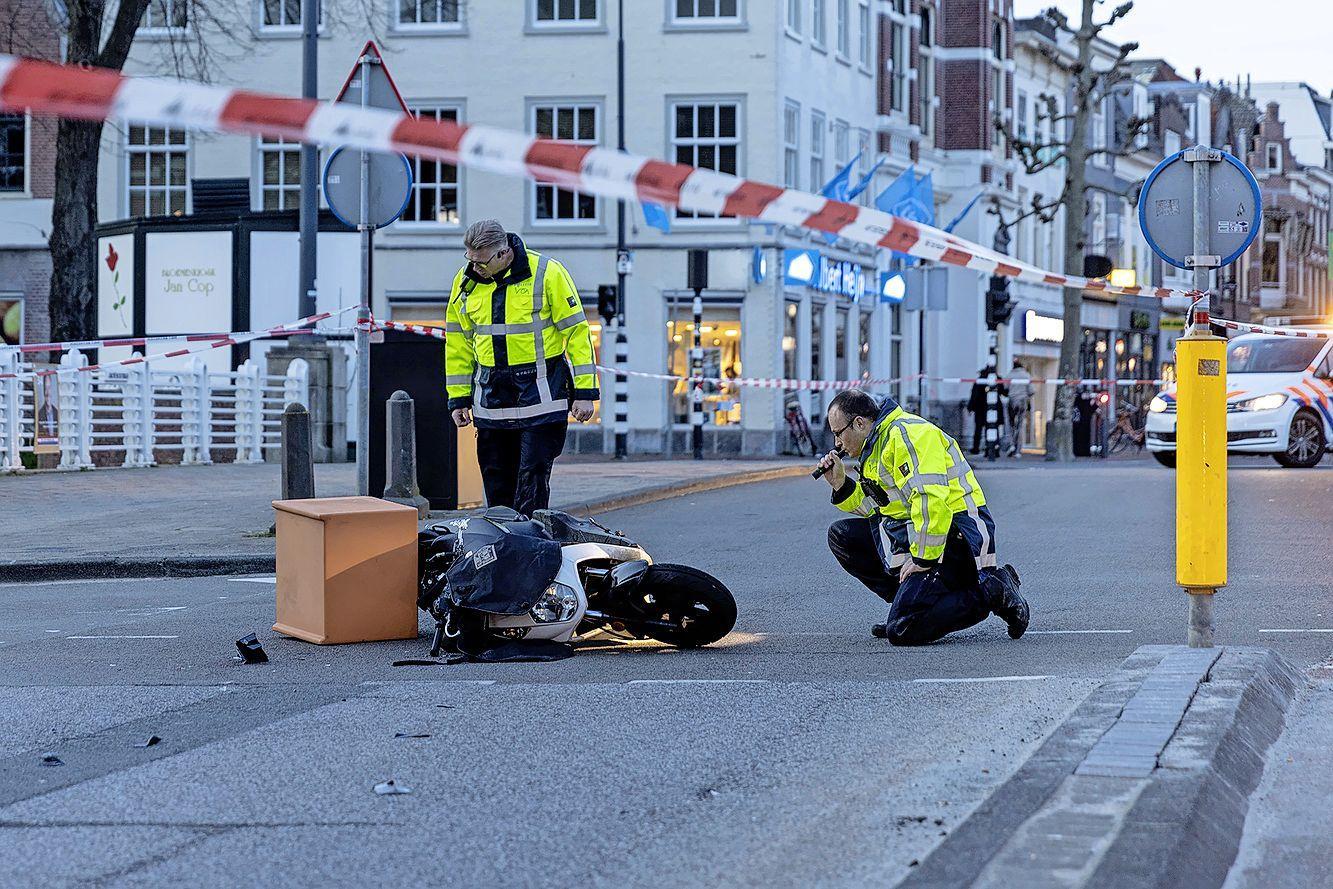 Maaltijdbezorger ernstig gewond bij botsing met auto in Haarlem, straat afgezet