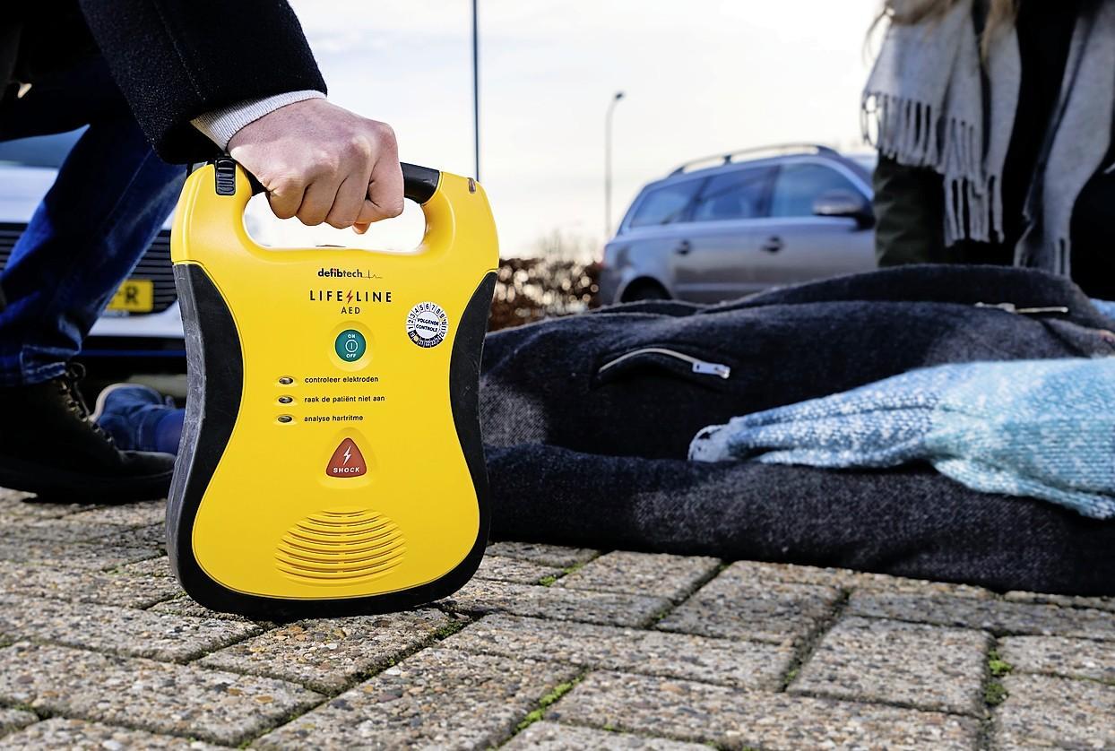 Invoering van dekkend AED-netwerk in Gooise Meren gaat partijen te langzaam; Buurtplatform RemCom 'mist hulp en pro-actieve houding gemeente'