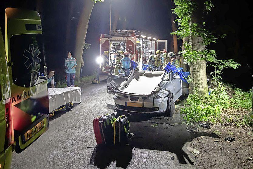 Brandweer bevrijdt automobiliste uit voertuig bij ongeval in Lage Vuursche, traumahelikopter ter plaatse