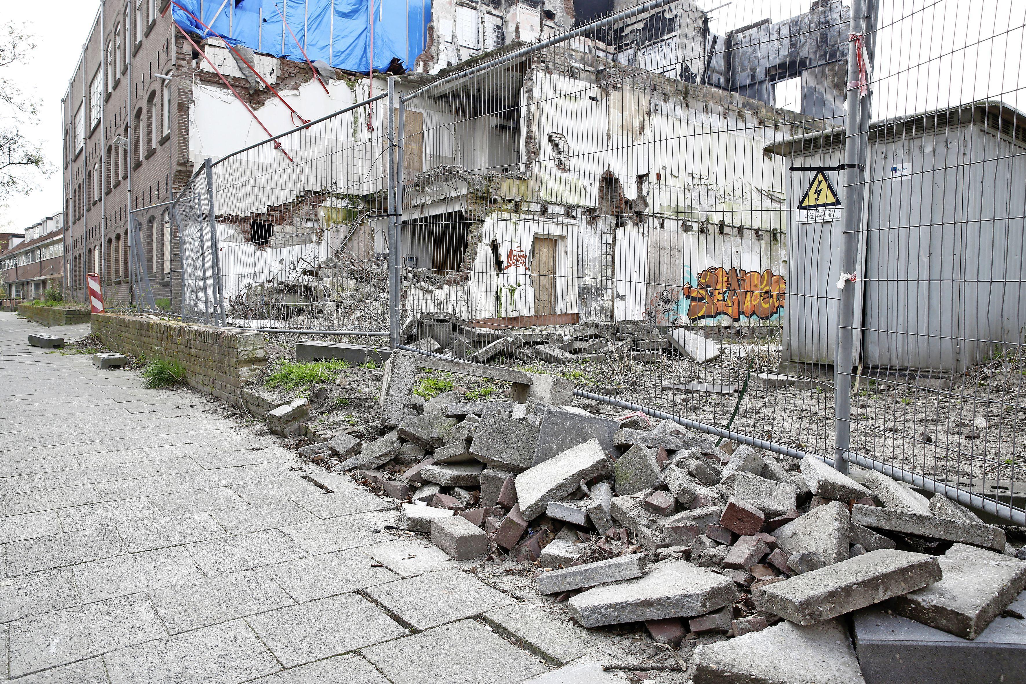 'Resten van een jaar geleden afgebrande sigarenfabriek liggen gewoon op de stoep en de straat.' Hilversummer Arjan Rietveld stoort zich aan de troep