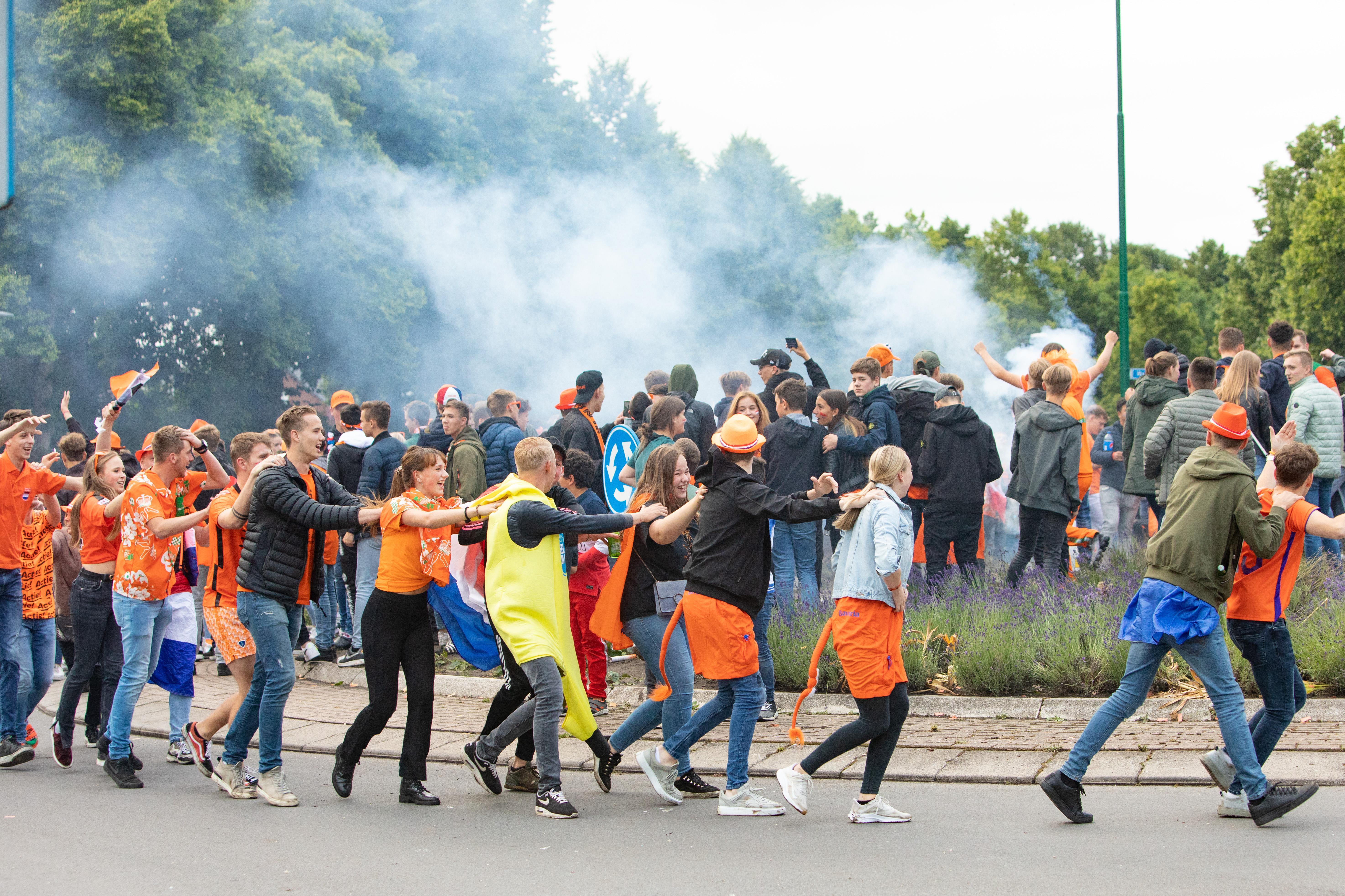 Bunschoten waarschuwt: laat spontaan oranjefeest op de rotonde niet uit de hand lopen; Camera's houden de boel in de gaten, bij escalatie direct ontruimen