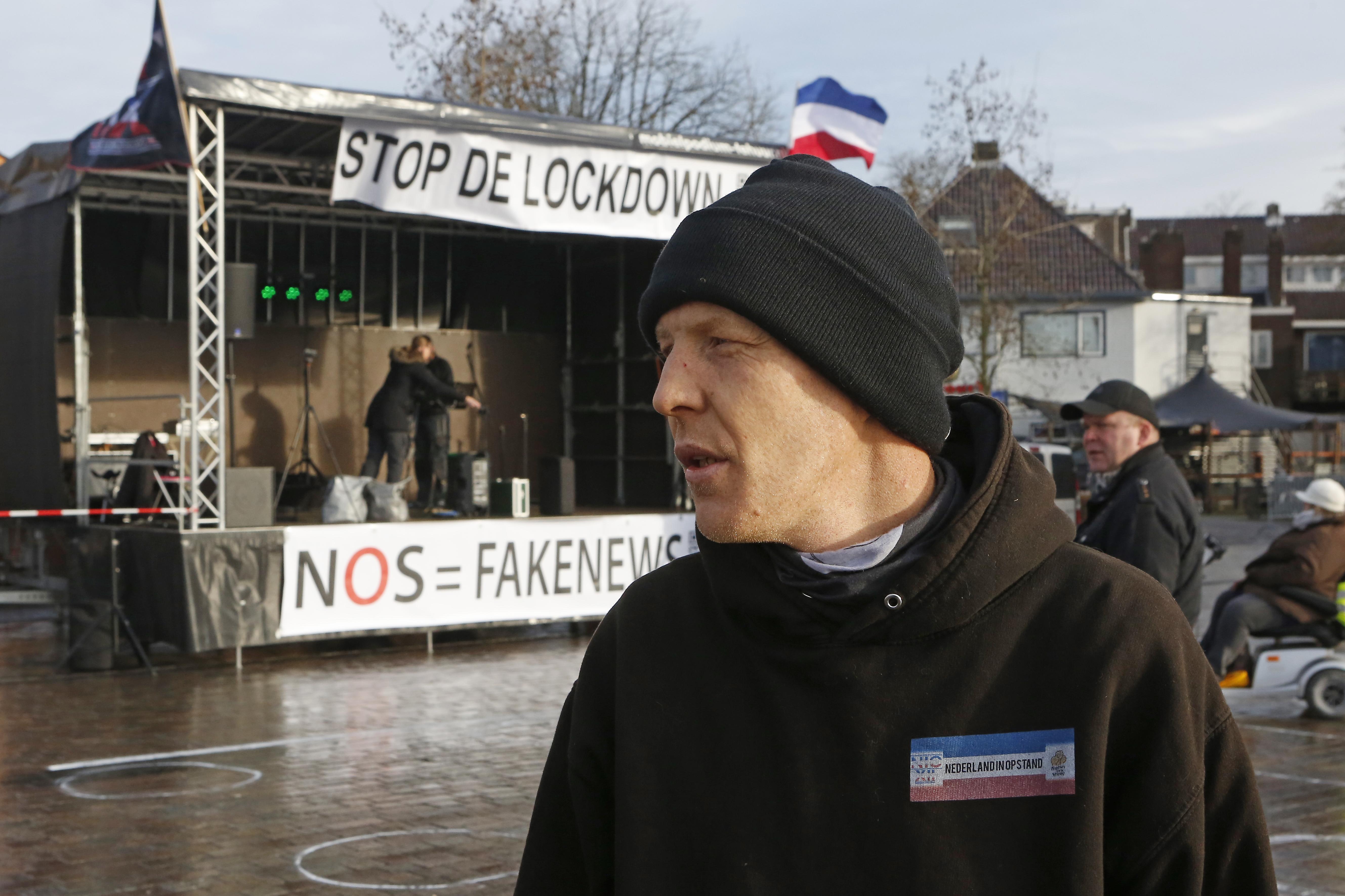 Burgemeester Broertjes breekt anti-lockdown-demonstratie in Hilversum voortijdig af. Publiek houdt te weinig afstand en muziek is te hard. Organisator is woedend: 'Ik ga aangifte doen' [update]