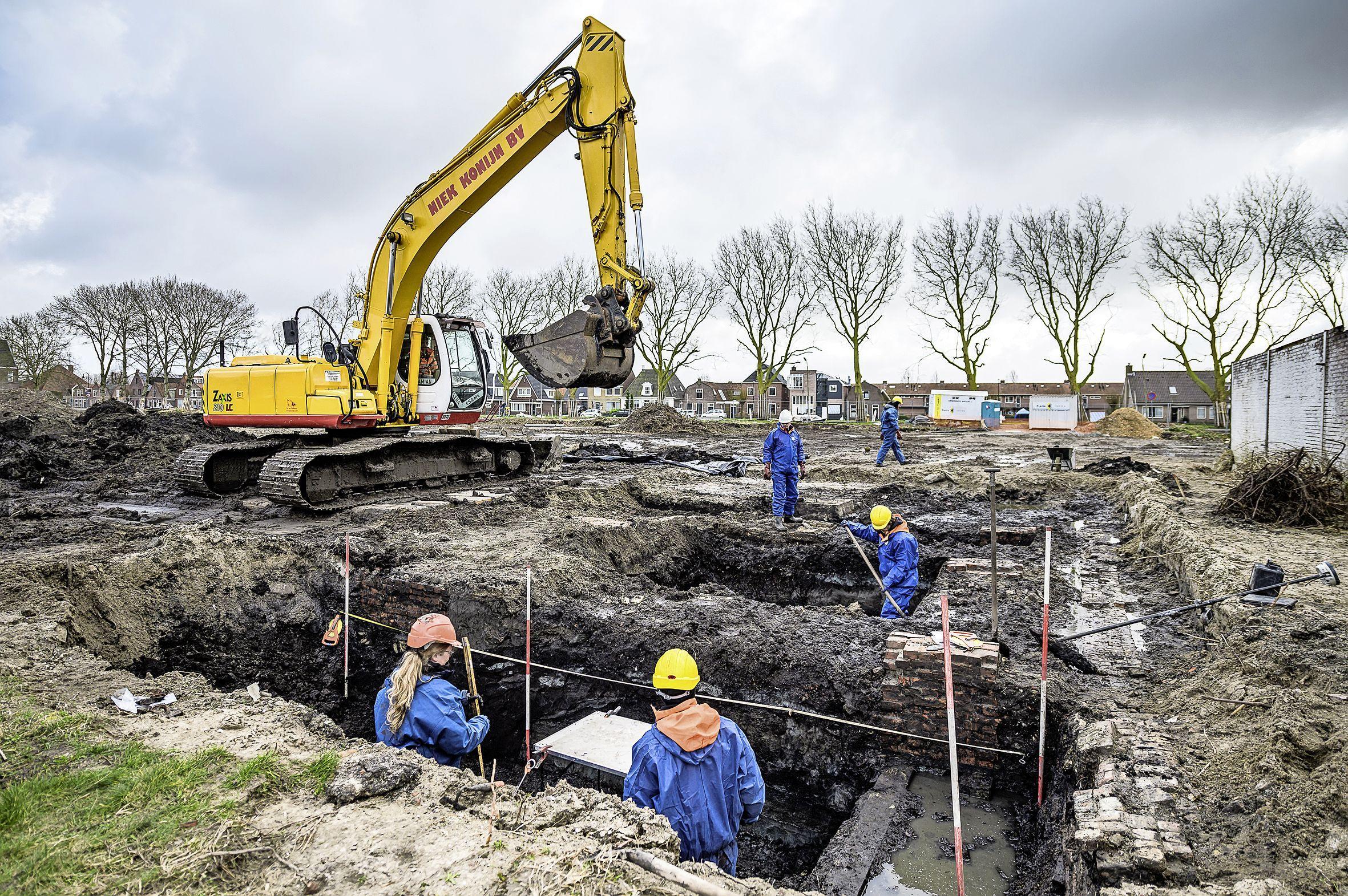 Archeologen vinden in Edam restanten van pakhuizen en woningen uit zeventiende en achttiende eeuw; gegevens op gedetailleerde oude kaart blijken te kloppen