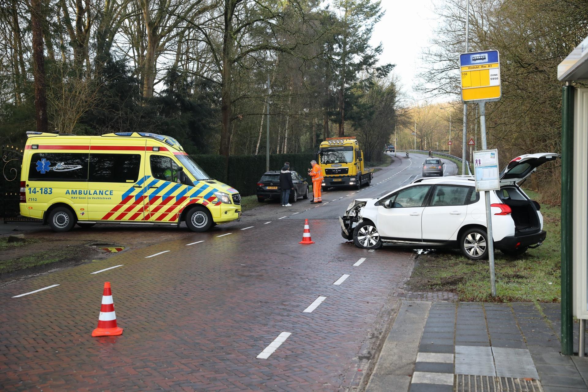 Passagier gewond bij ongeluk tussen twee voertuigen in Laren