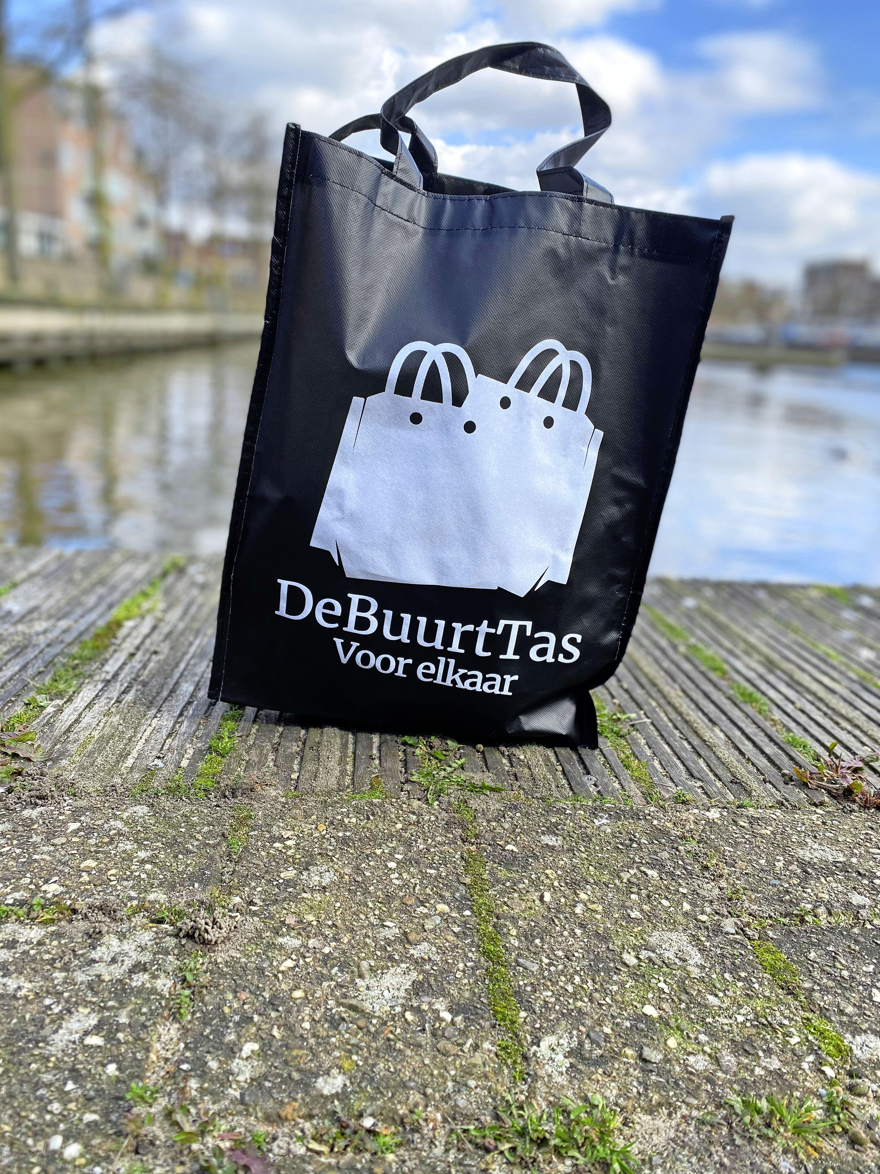 Met stoere DeBuurtTas een boodschap doen voor een ander; scholieren SG Huizermaat starten eigen bedrijfje; 'De gedachte erachter is belangrijker dan de winst'