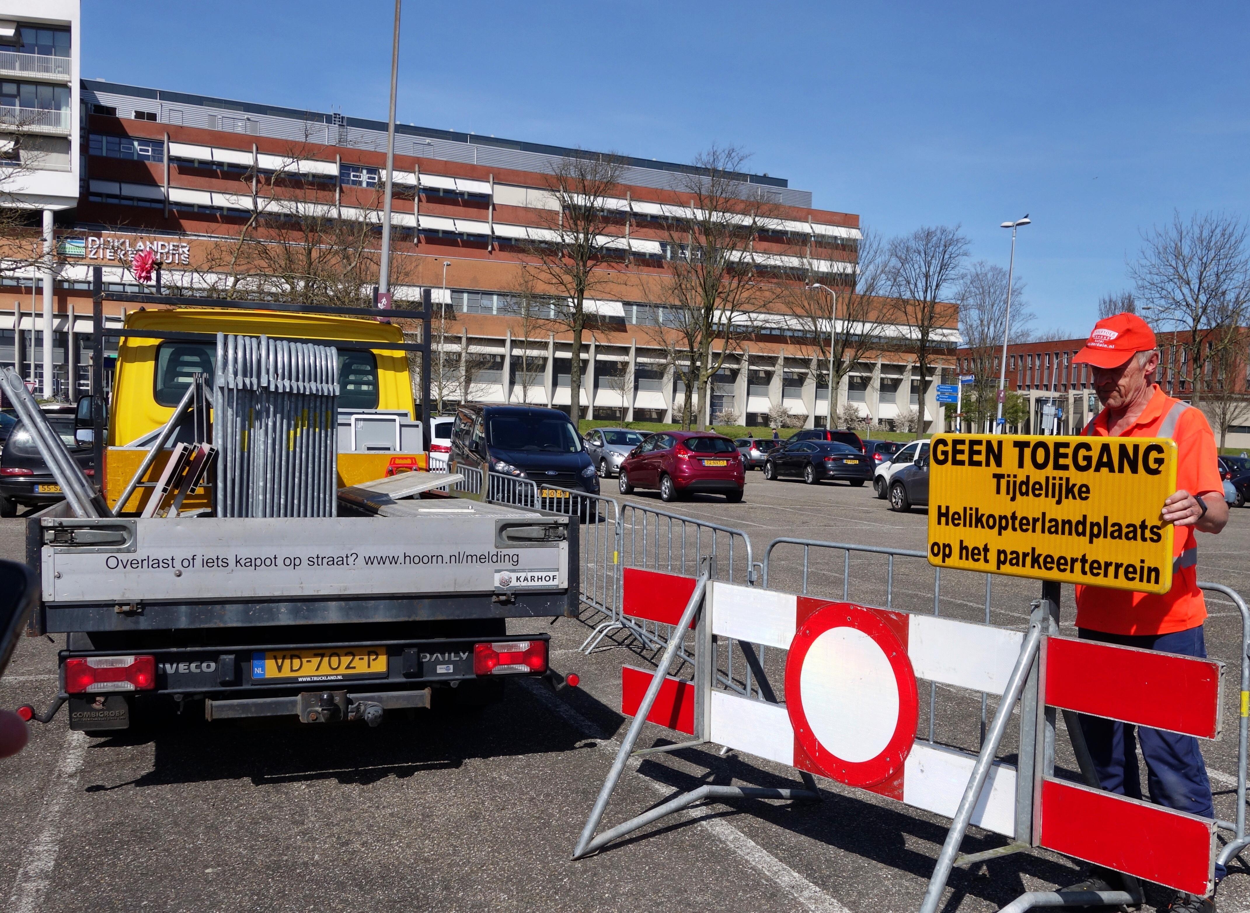 Tijdelijke landingsplek voor ambulanceheli bij Dijklander Ziekenhuis in Hoorn, om coronapatiënten sneller te kunnen overplaatsen