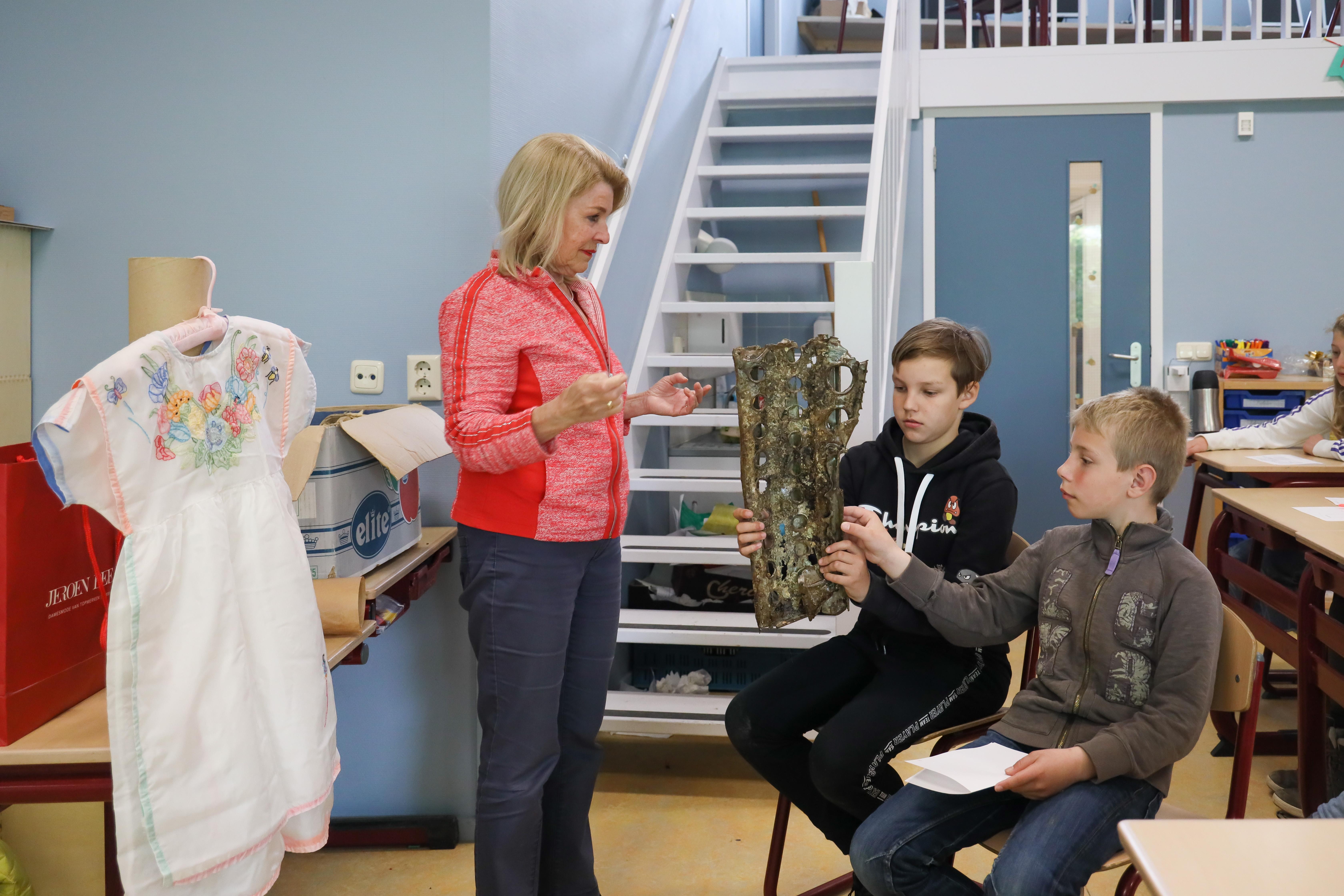 Leerlingen uit Wijdenes vragen honderduit over droppingsvelden: 'Mevrouw, hoe weet u zoveel over de oorlog?