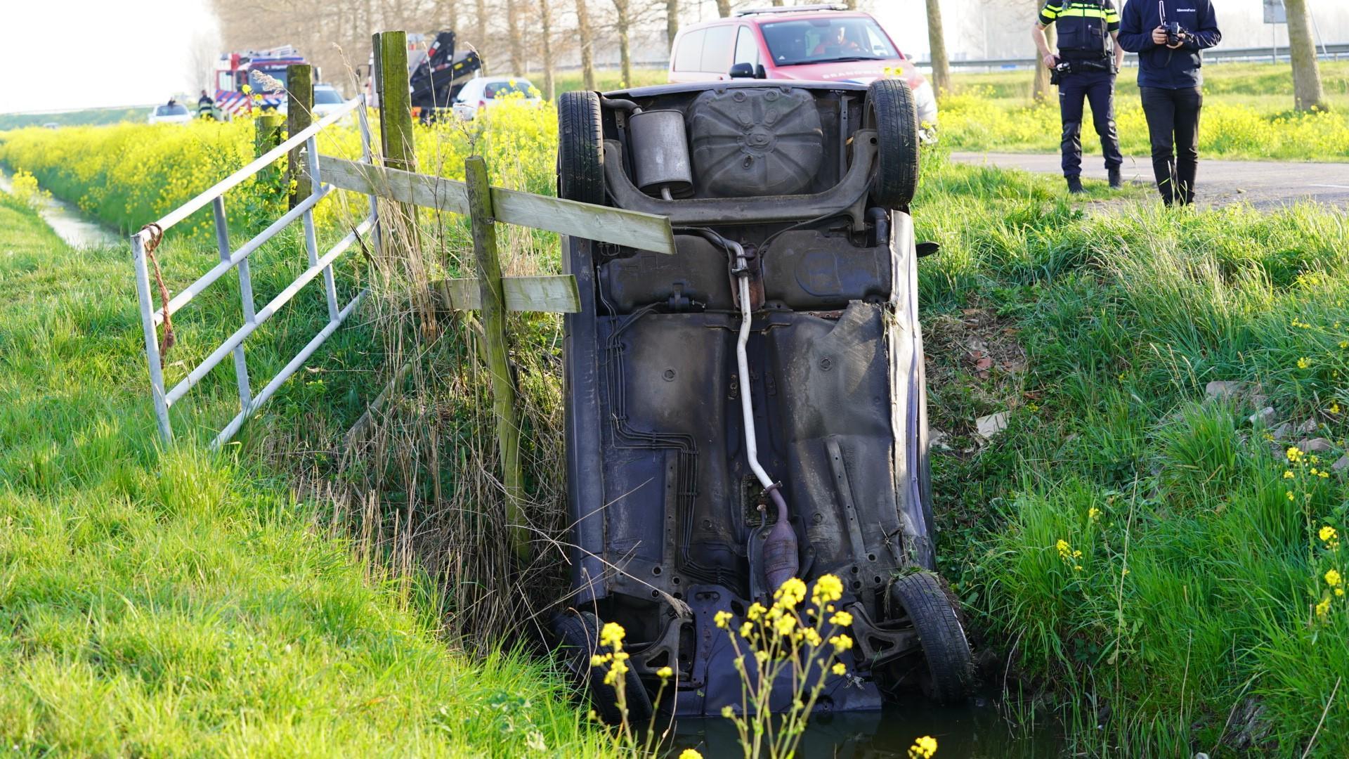 Auto te water langs de Broekpolderweg in Uitgeest; de bestuurder is naar het ziekenhuis gebracht