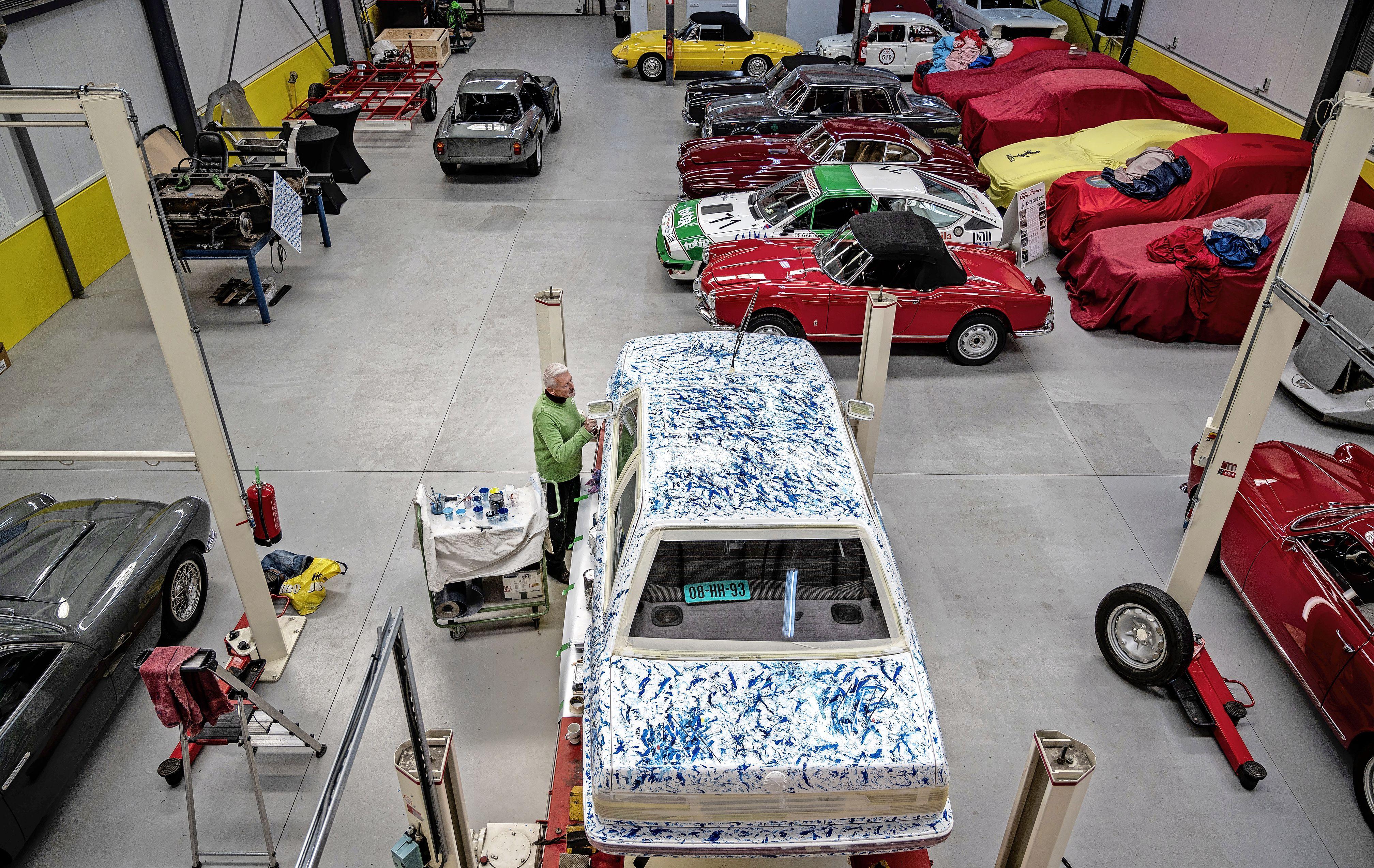 Oude BMW wordt vrolijk kunstwerk op wielen dankzij schilder Jim Beuks: 'Je moet dit niet als één schilderij zien, want dan raak je in paniek'
