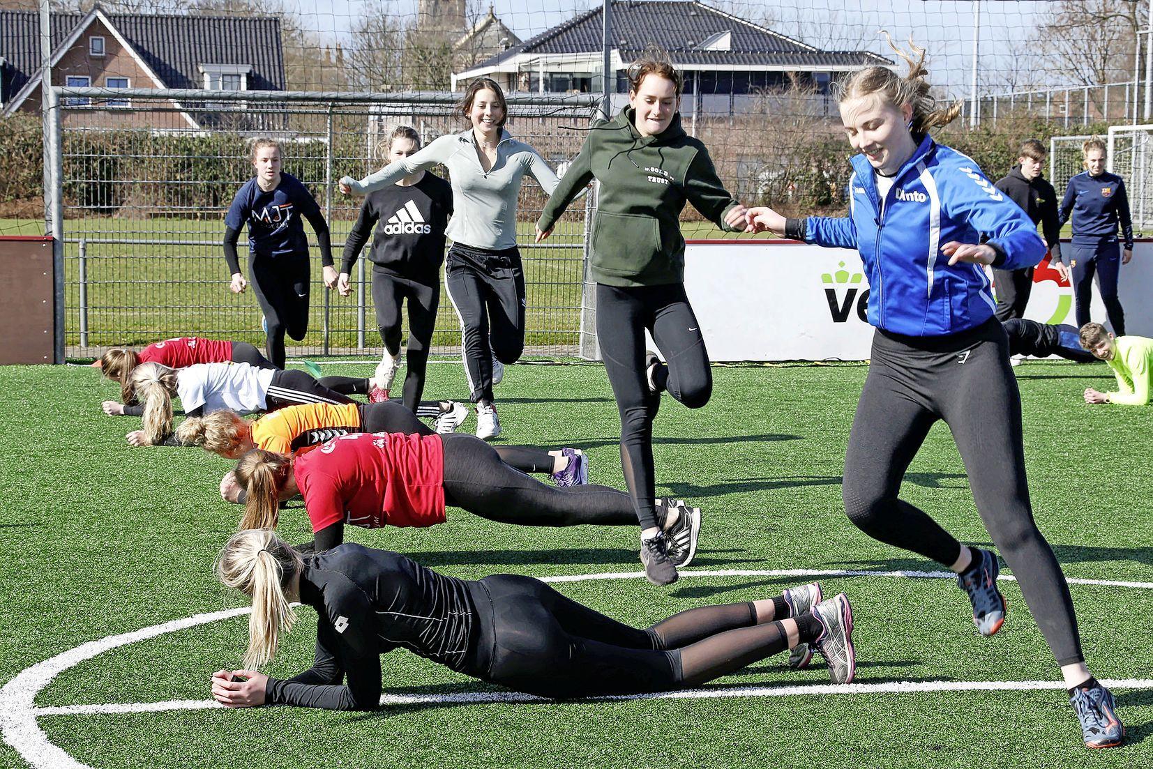 Bootcamps om aan kracht en conditie te werken: zo houden de volleyballers van Dinto zichzelf fit. 'Ze waren hier echt aan toe'
