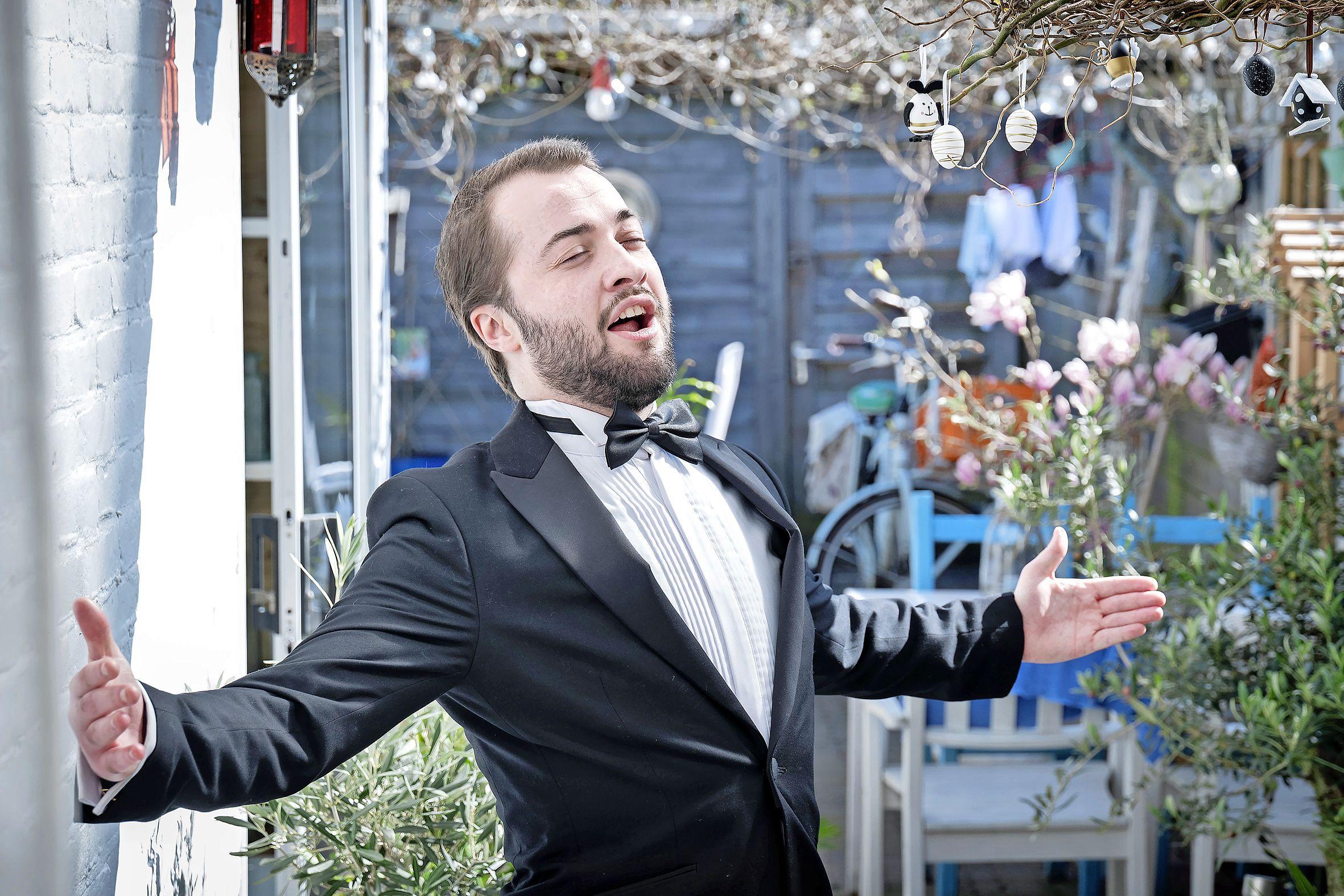 Bariton Jop van Gennip (25) maakt van elke stoep een podium, met zijn 'Aria's aan de Deur' kan de zanger eindelijk weer optreden