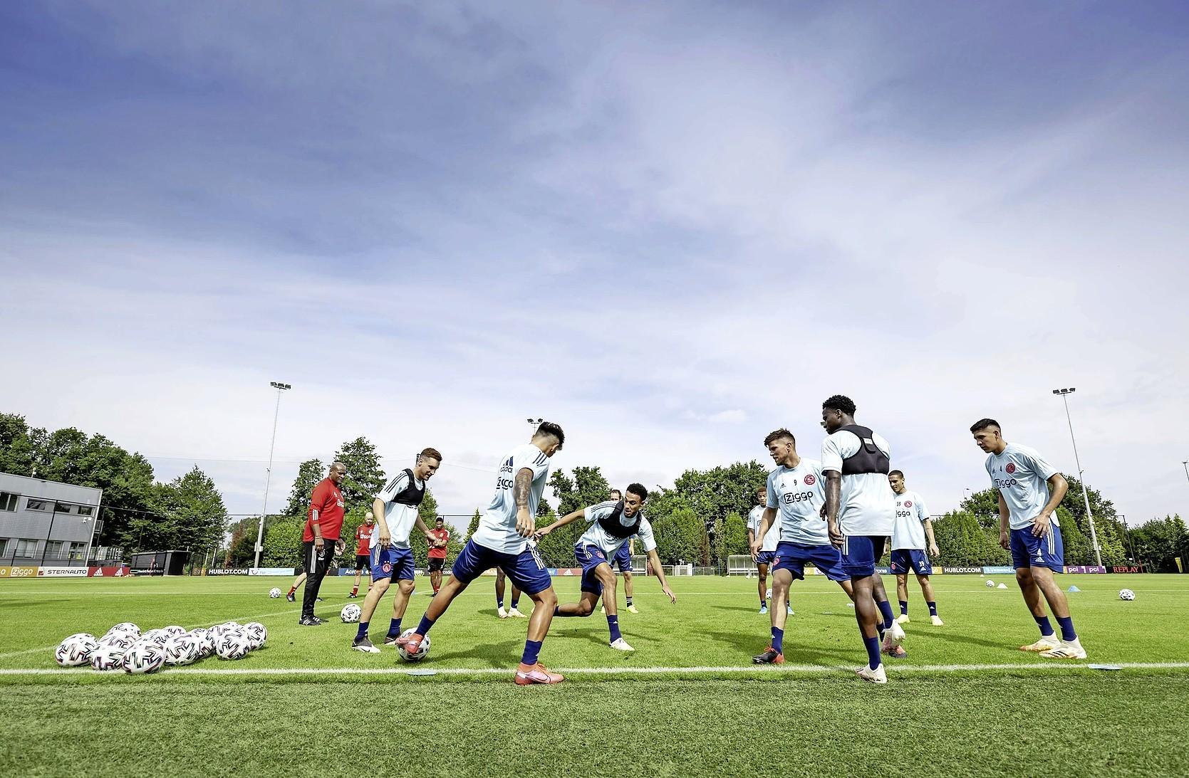 Gemopper zint Erik ten Hag niet. Trainer Ajax wijst selectie tijdens eerste training van het seizoen terecht. Spelers boos na beslissing assistent-trainer Winston Bogarde: 'Ze moeten in zo'n situatie onverstoorbaar zijn'
